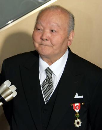 平成30年春の叙勲で旭日小綬章の伝達式に臨む加藤(2018年5月11日)Wikipediaより