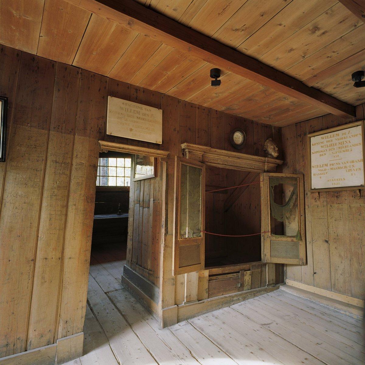 Plik interieur het interieur van het houten huis binnen het stenen huis met de bedstee waar - Houten huis ...