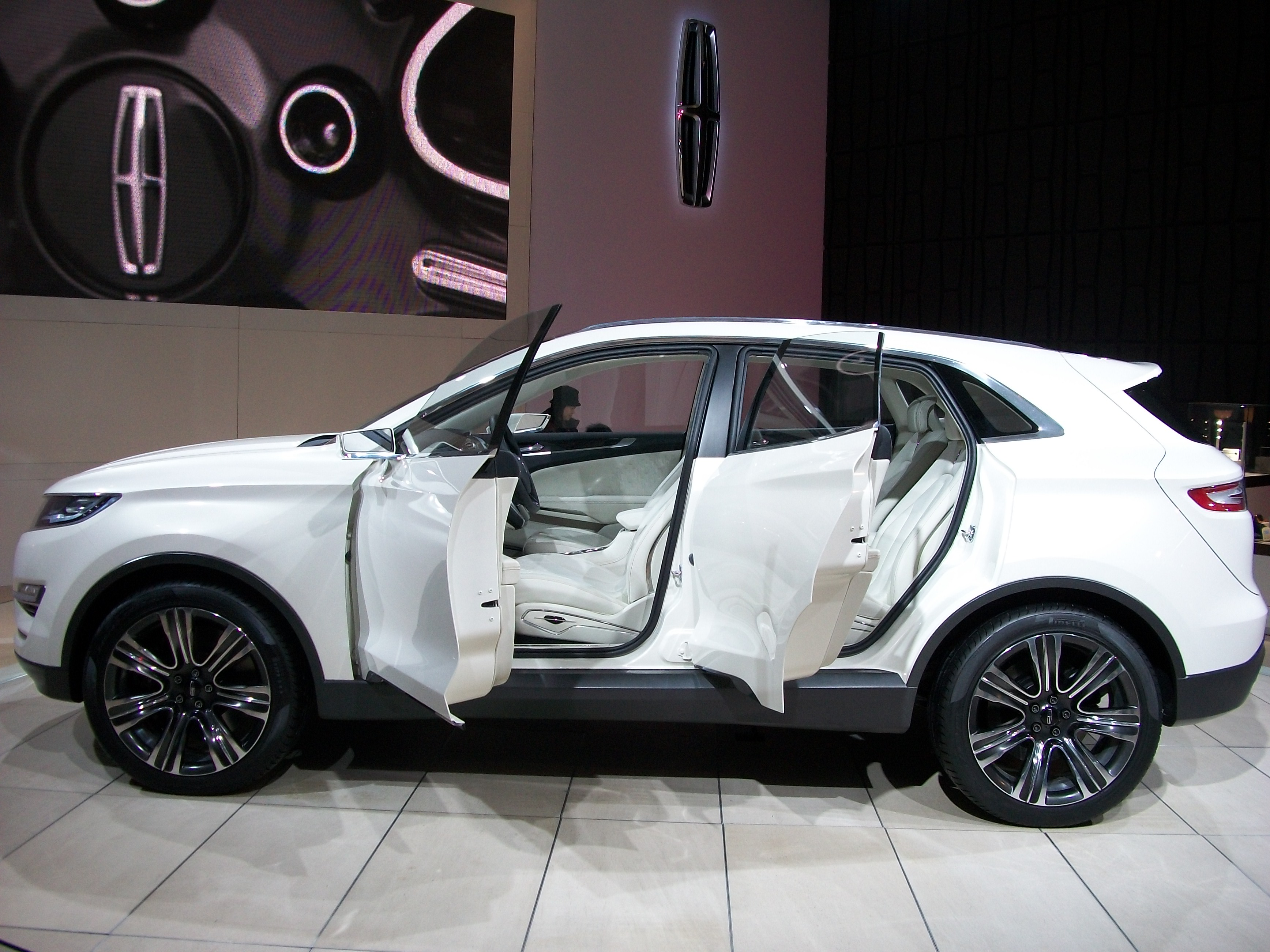 File:Lincoln MKC Concept - Side View - 2013 CIAS.JPG - Wikimedia Commons