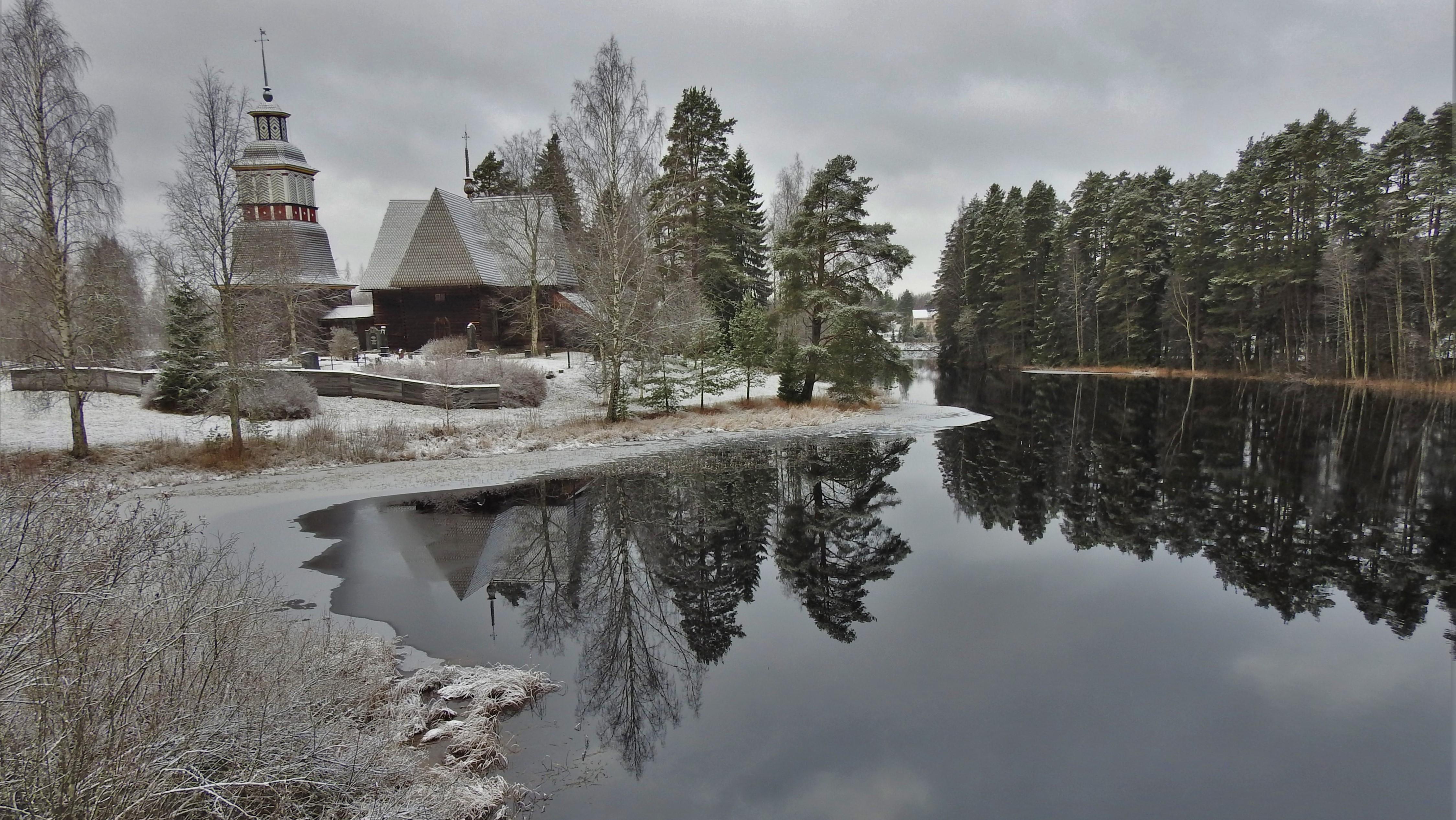 Petäjäveden vanha kirkko talvipuvussa.jpg