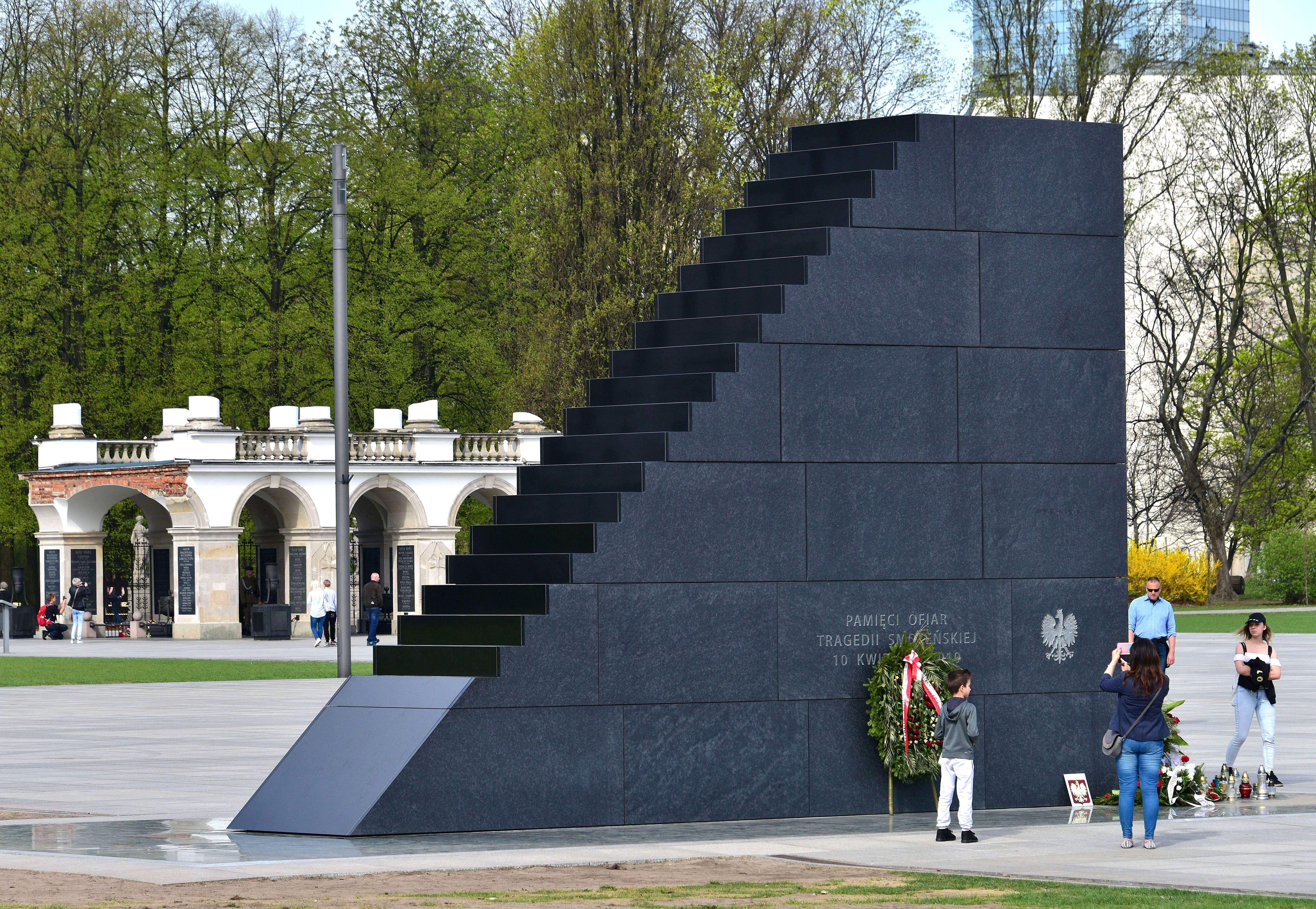 Pomnik Ofiar Tragedii Smoleńskiej w Warszawie 2018b