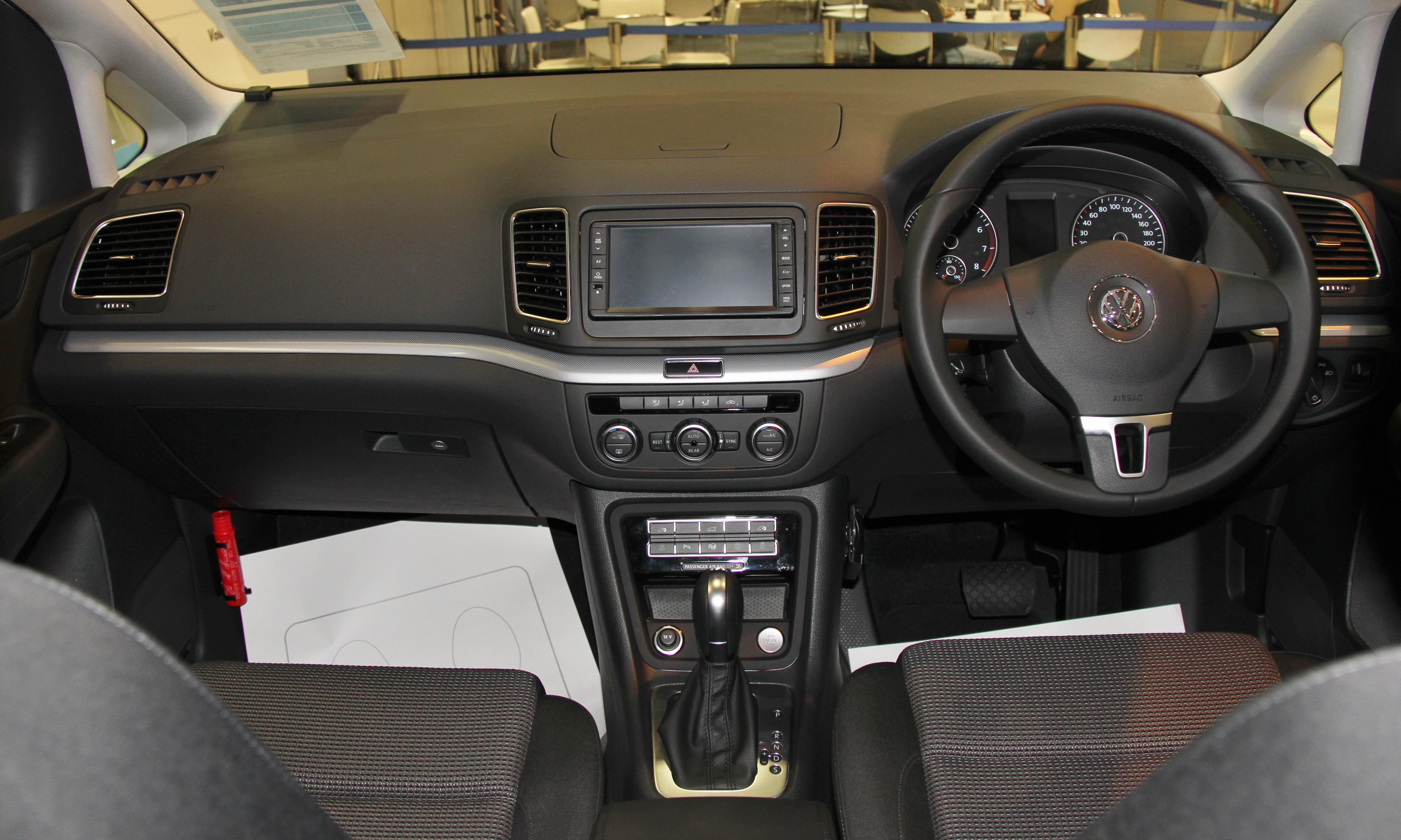 File:Volkswagen Sharan TSI BlueMotion Glänzen 2 interior.jpg ...