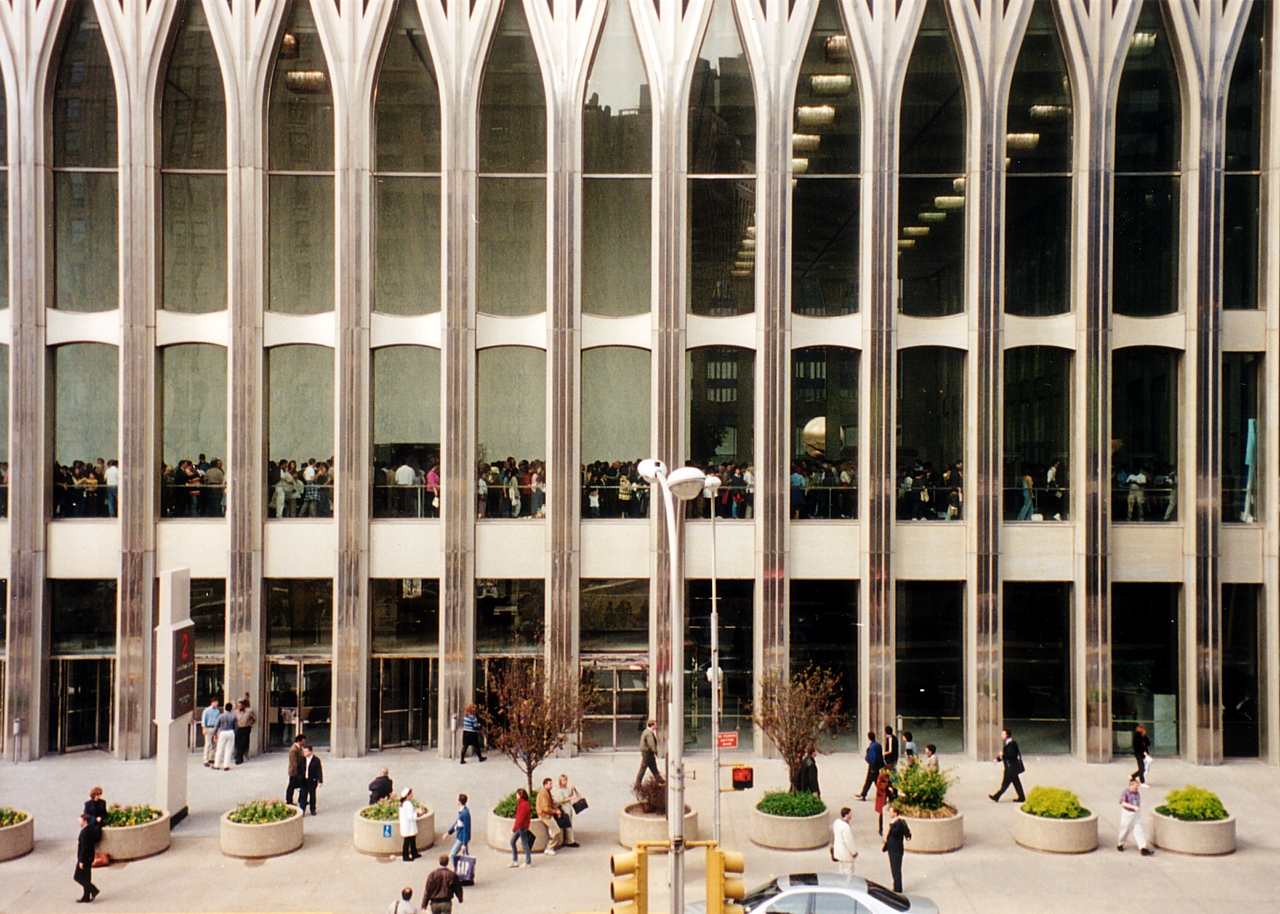 https://upload.wikimedia.org/wikipedia/commons/0/0c/2WTC_South_Tower_entrance.jpg