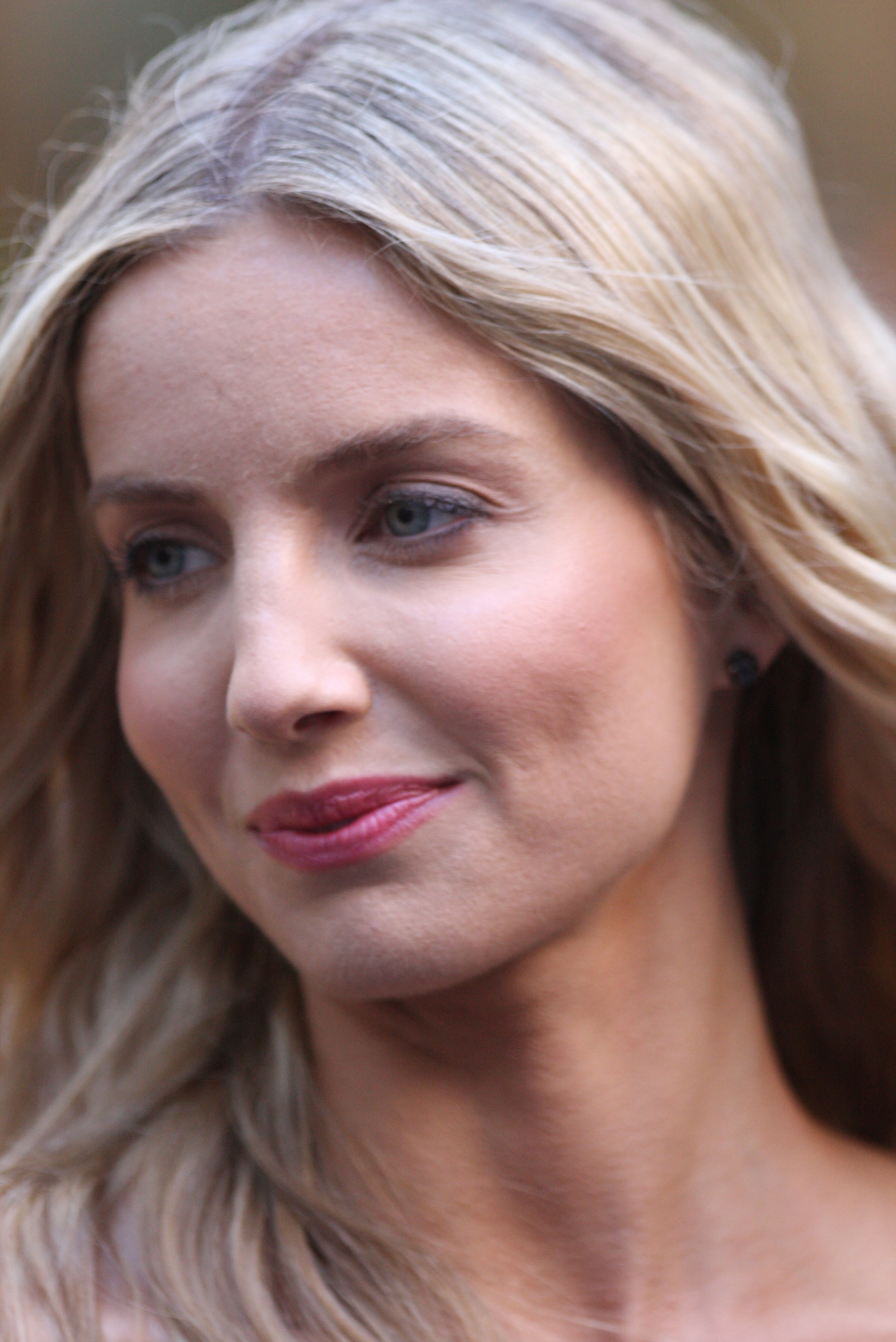 The 33-year old daughter of father (?) and mother(?) Annabelle Wallis in 2018 photo. Annabelle Wallis earned a  million dollar salary - leaving the net worth at 2 million in 2018