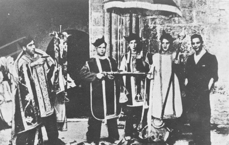 Milicianos vestidos con ropas litúrgicas tras el saqueo de una iglesia. Madrid, 1936