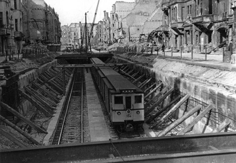 Bundesarchiv Bild 183-H26222, Berlin, U-Bahn in offenem U-Bahnschacht