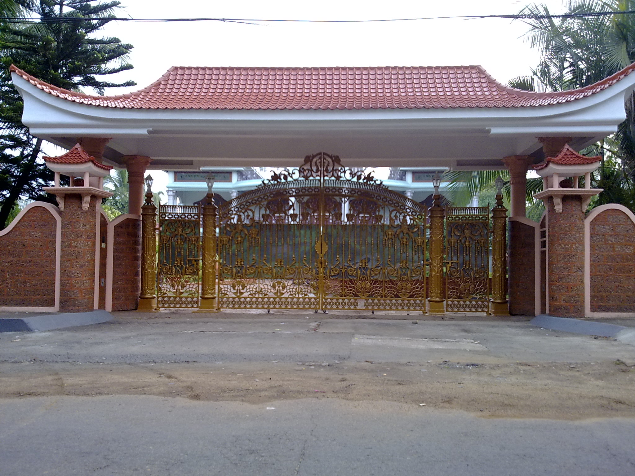 Description Chinese type gate from kerala.jpg