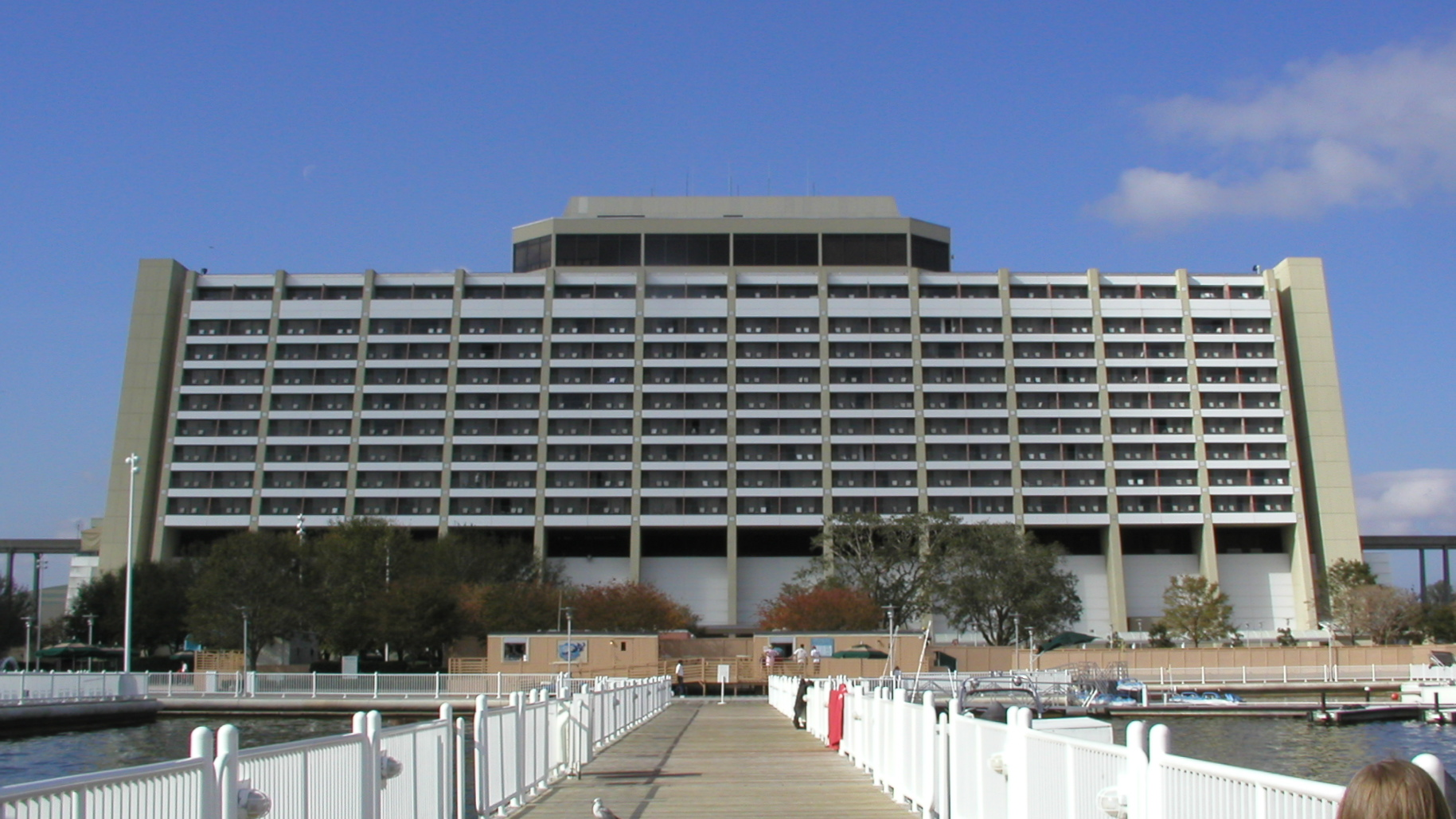 http://upload.wikimedia.org/wikipedia/commons/0/0c/Disney%27s_Contemporary_Resort.jpg