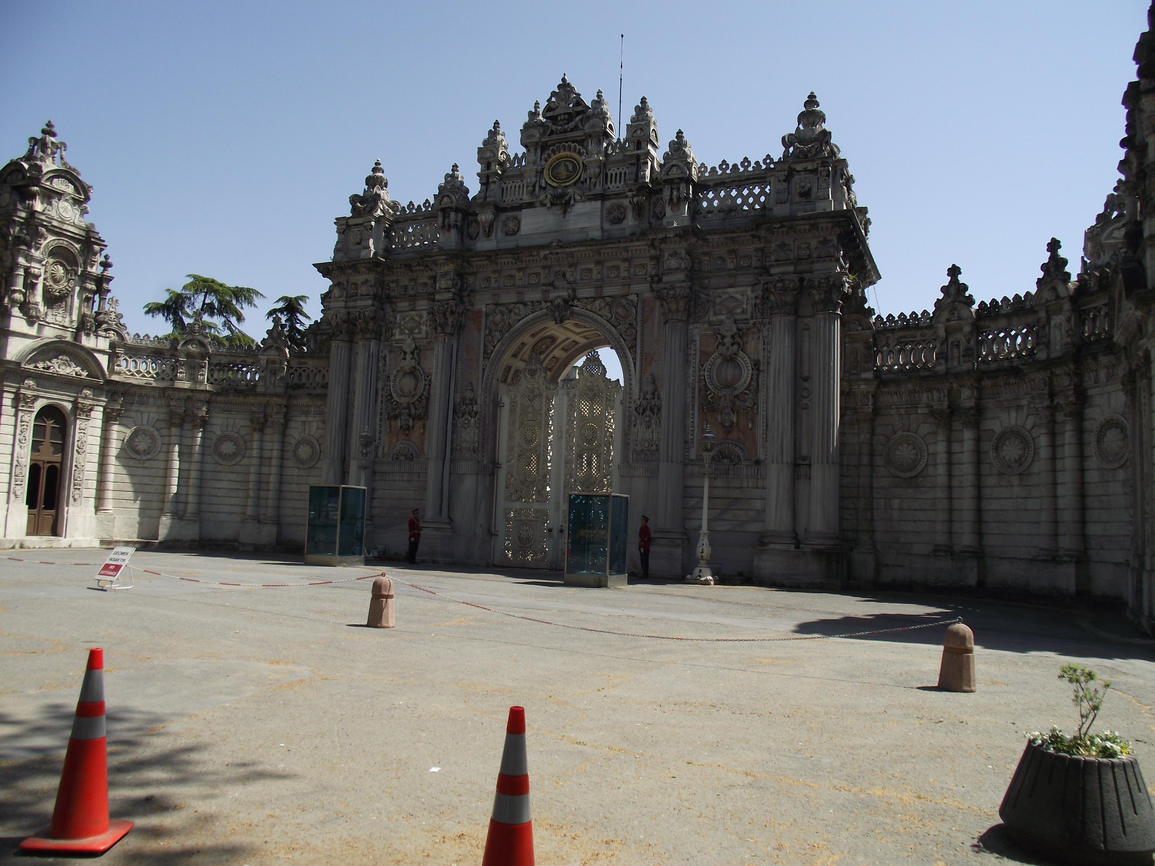 Dolmabaçe Palace gate (7697831862).jpg