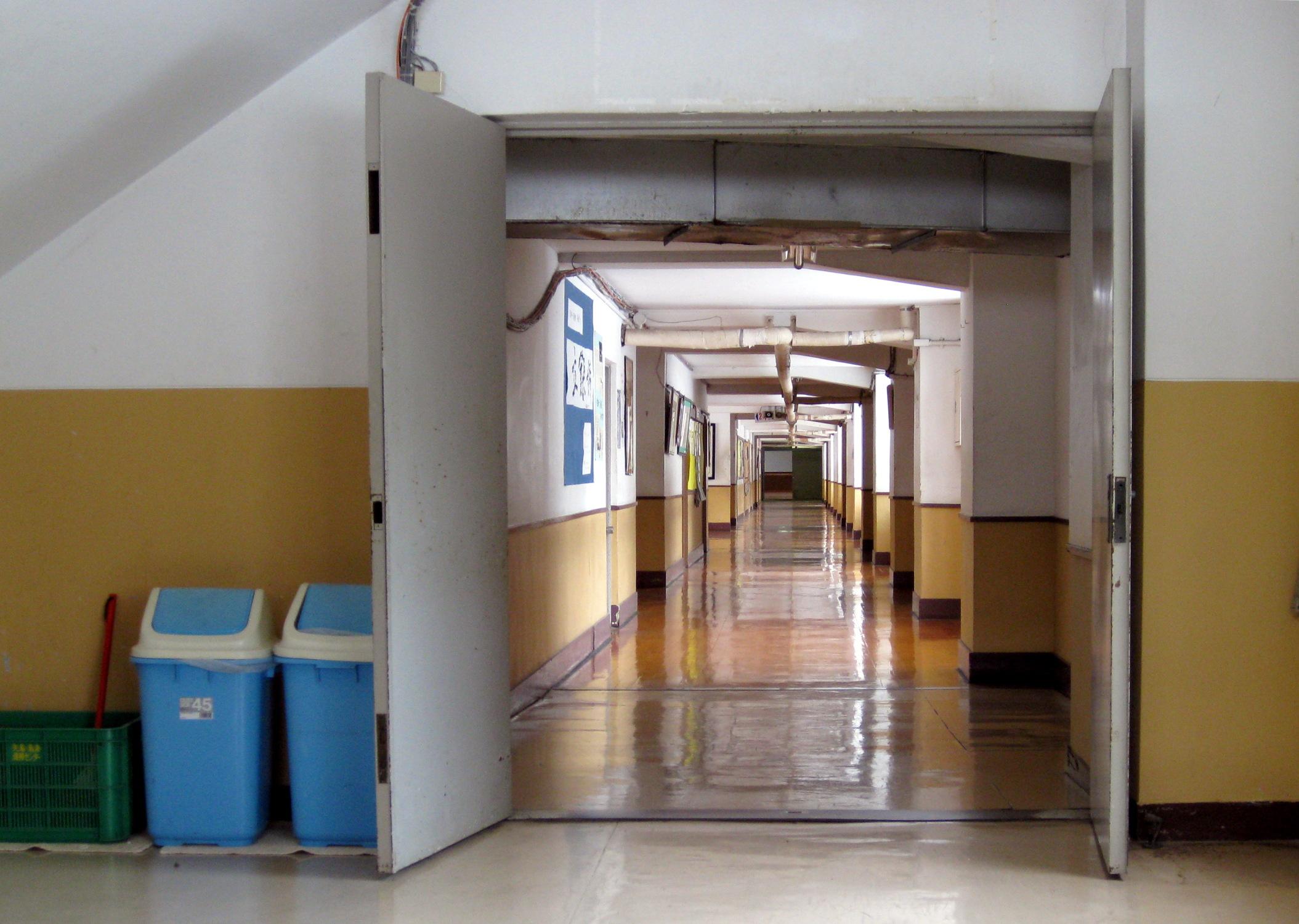 FileDoor and hallway at Yashima Junior High School.jpg & File:Door and hallway at Yashima Junior High School.jpg ...