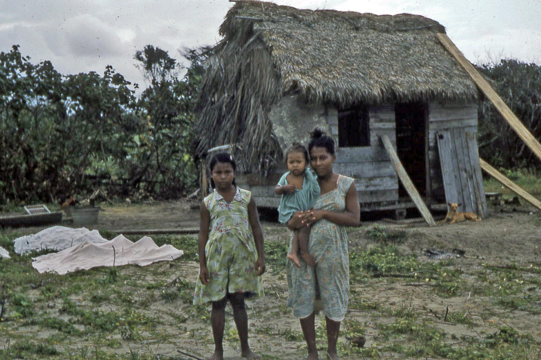 https://upload.wikimedia.org/wikipedia/commons/0/0c/Family_of_Miskito_people_along_the_Prinzapolka_river,_Nicaragua_-_c._1957%E2%80%931961.jpg