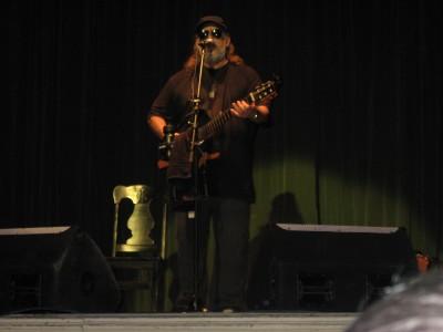 Frank Delgado durante concierto en Teatro La Caridad, Sta Clara, Cuba