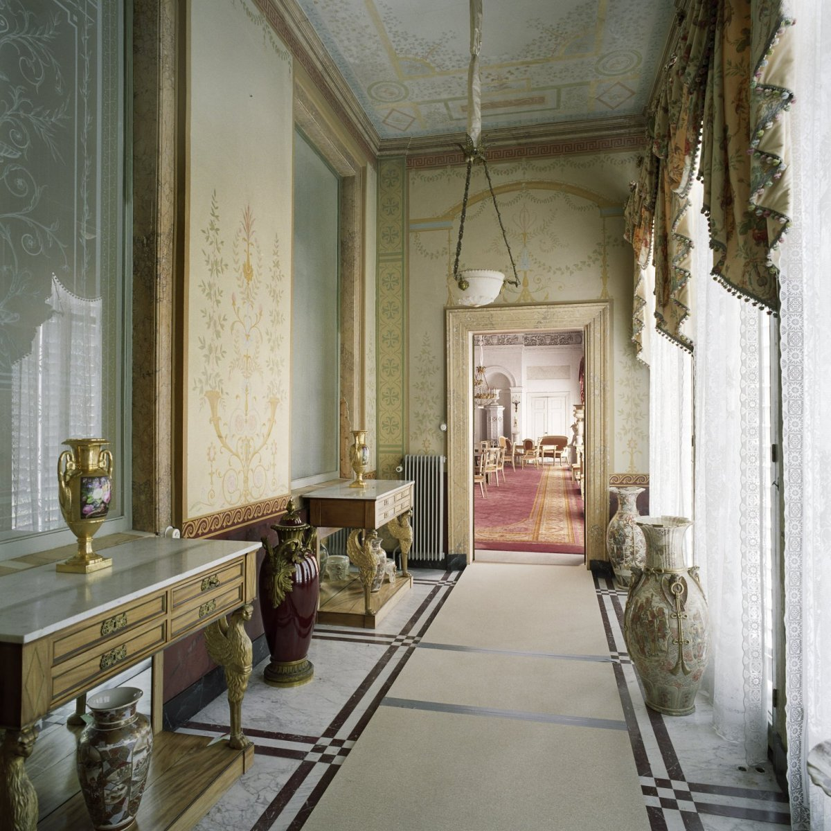 File interieur overzicht van de serre met doorkijk naar de witte eetzaal gelegen aan de - Whirlpool van het interieur ...