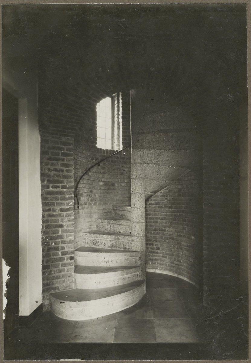 File interieur gewapend beton trap in de trompetterstoren for Beton decoratif interieur