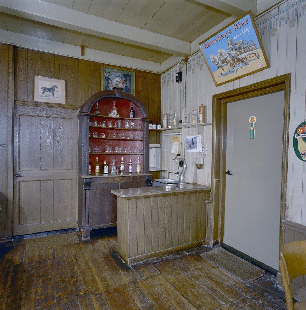 File:Interieur voormalig café, bar met tapkast - 20000041 - RCE.jpg ...