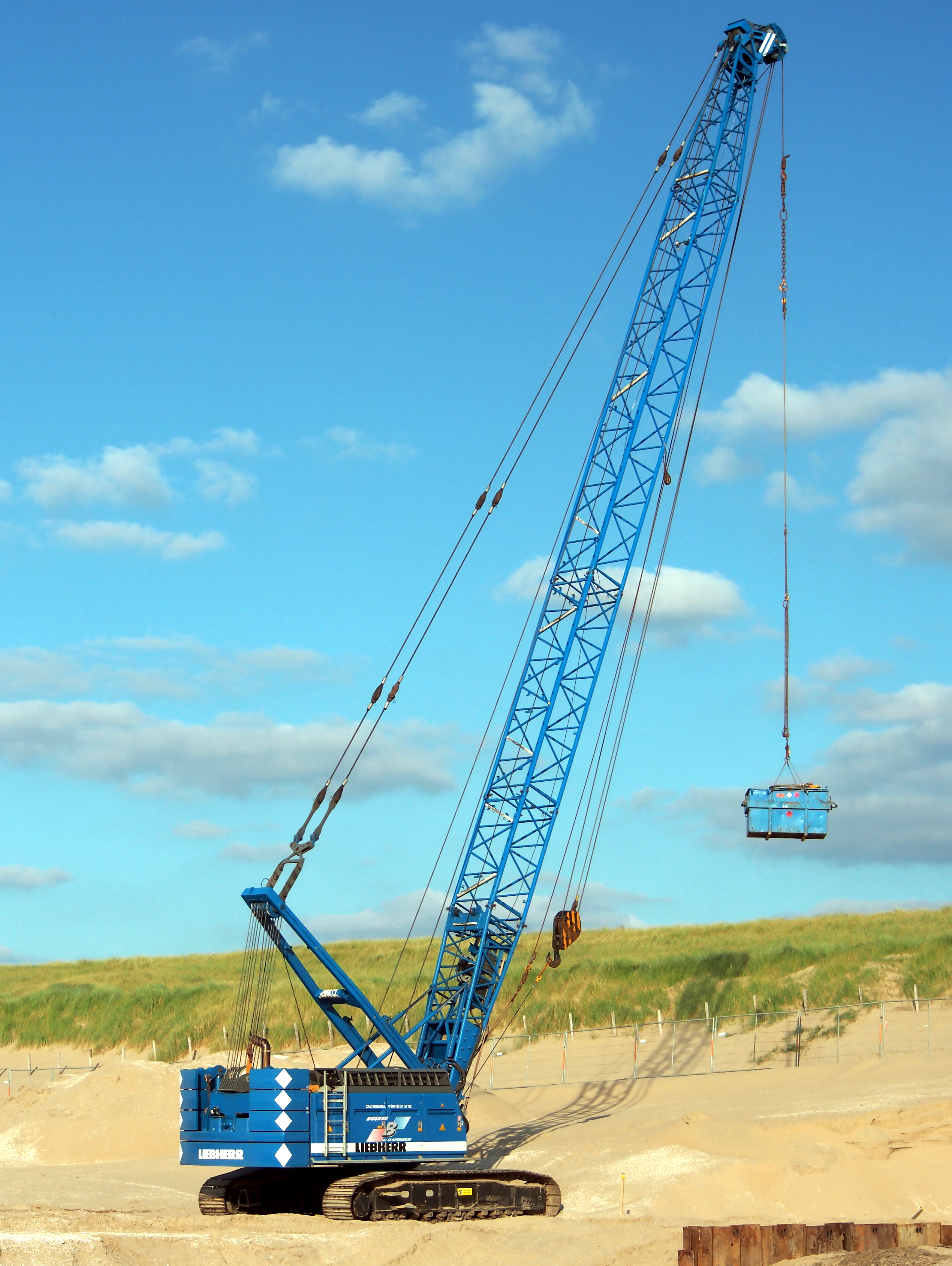 File:Liebherr crawler crane at Noordwijk beach, pic1 JPG