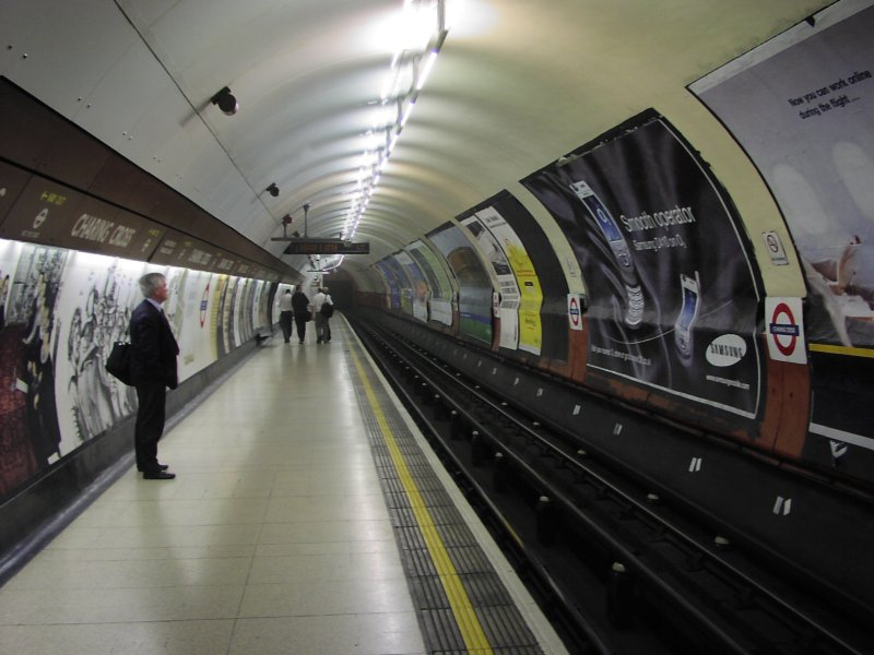 Fil:London Underground Charing Cross station.jpg