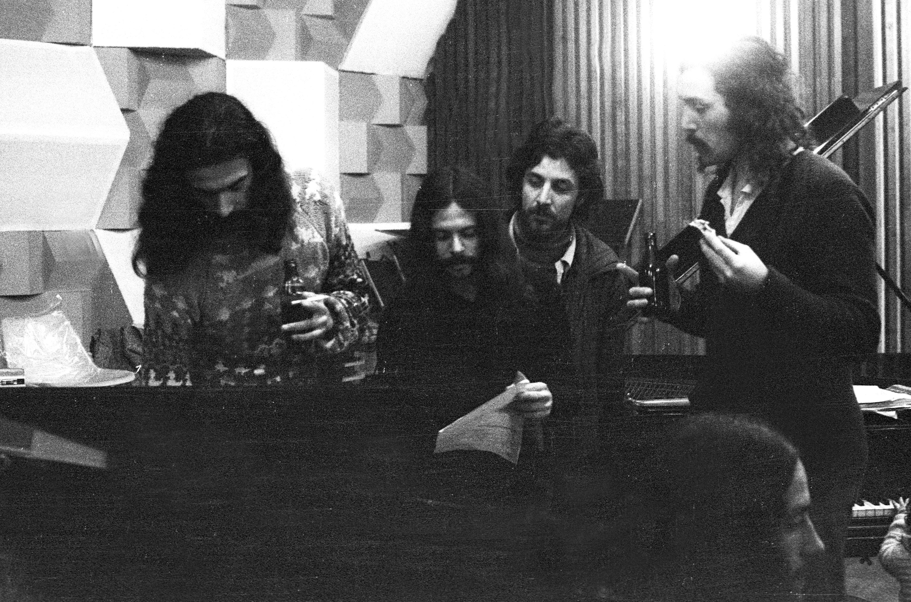Eduardo, Gato, Sergio Travuco, y Claudio durante la grabación de la banda sonora de la película Palomita blanca de Raúl Ruiz (1973).