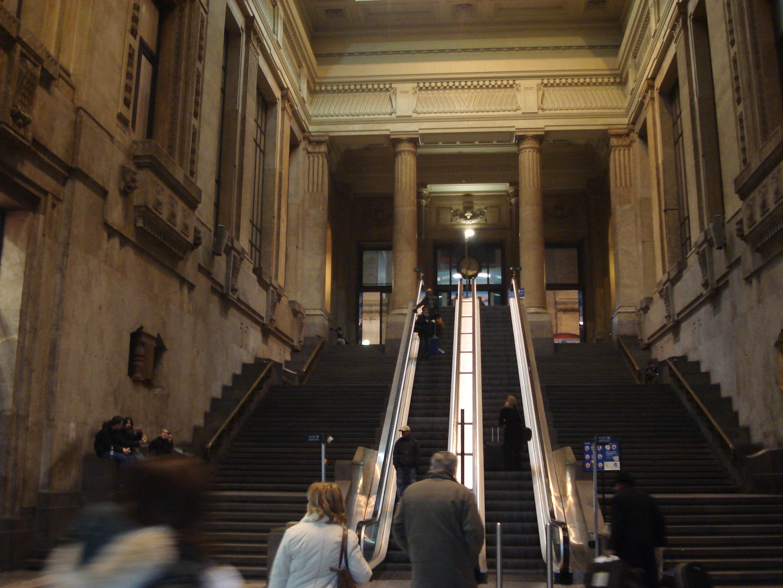 file milano stazione centrale atrio delle scale mobili