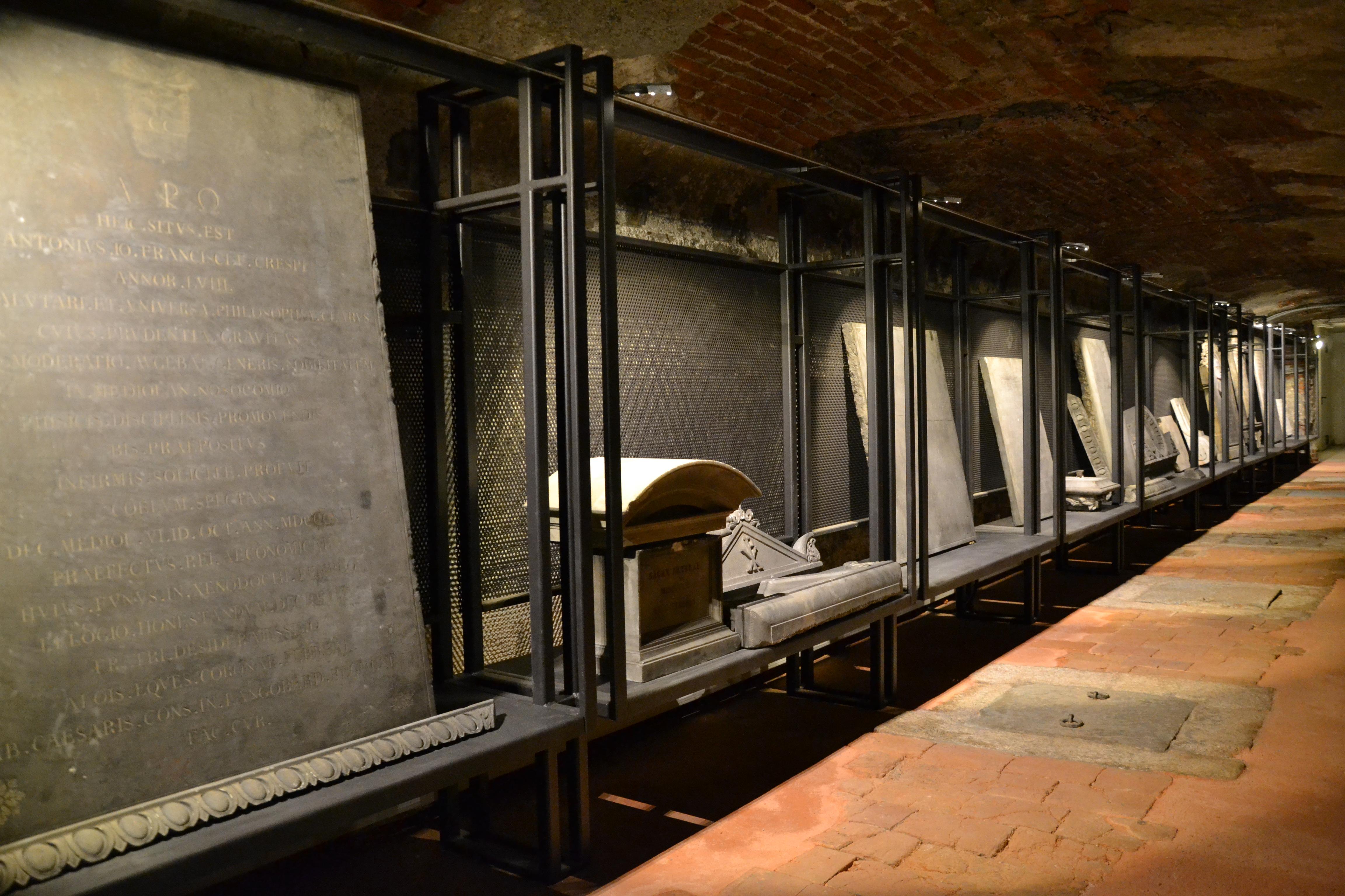 Milano Università Statale S Maria Annunciata cripta lapidi funerarie JPG