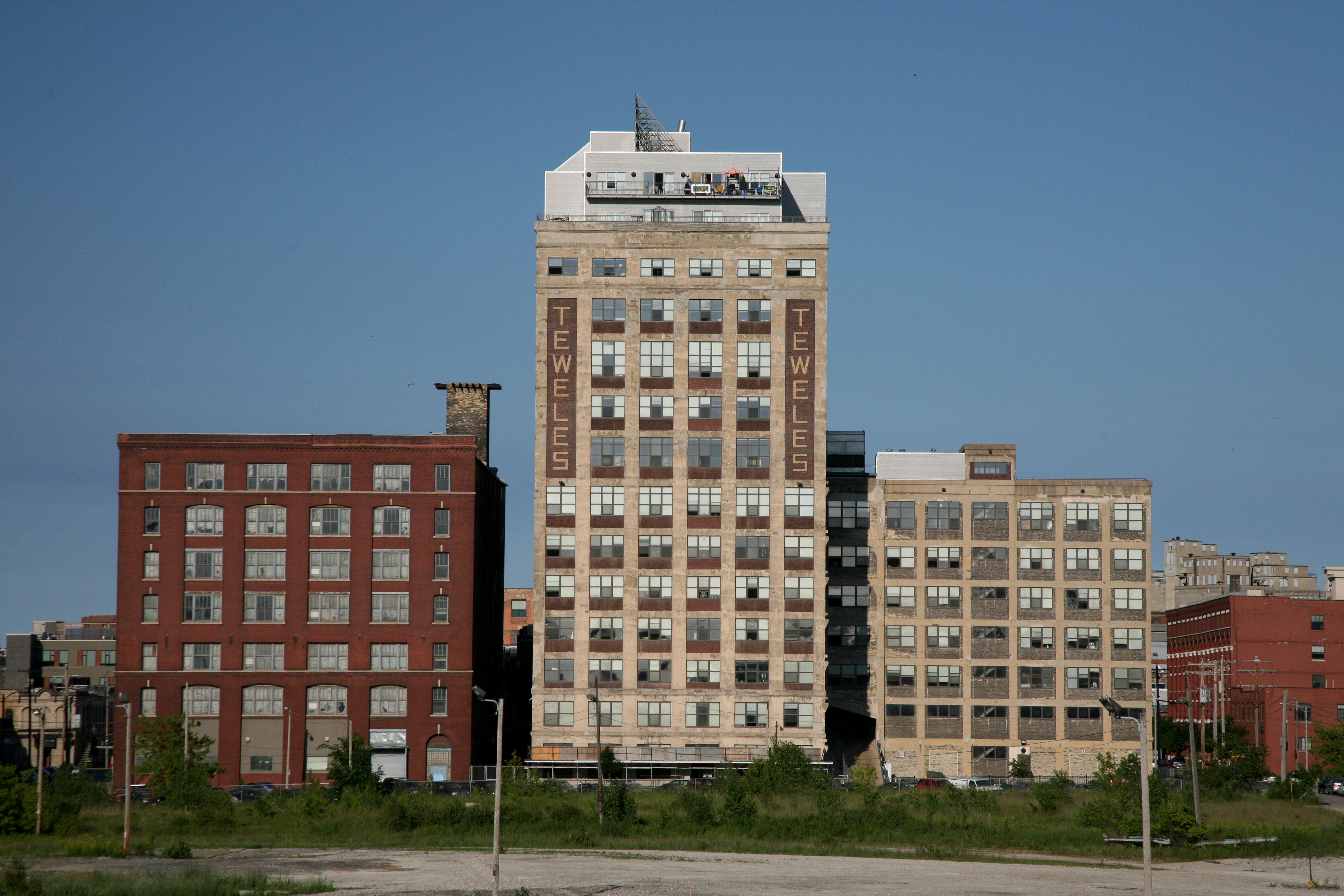 File:Milwaukee (WIS), Near South Side, TEWELES Seed Tower Apartments ...
