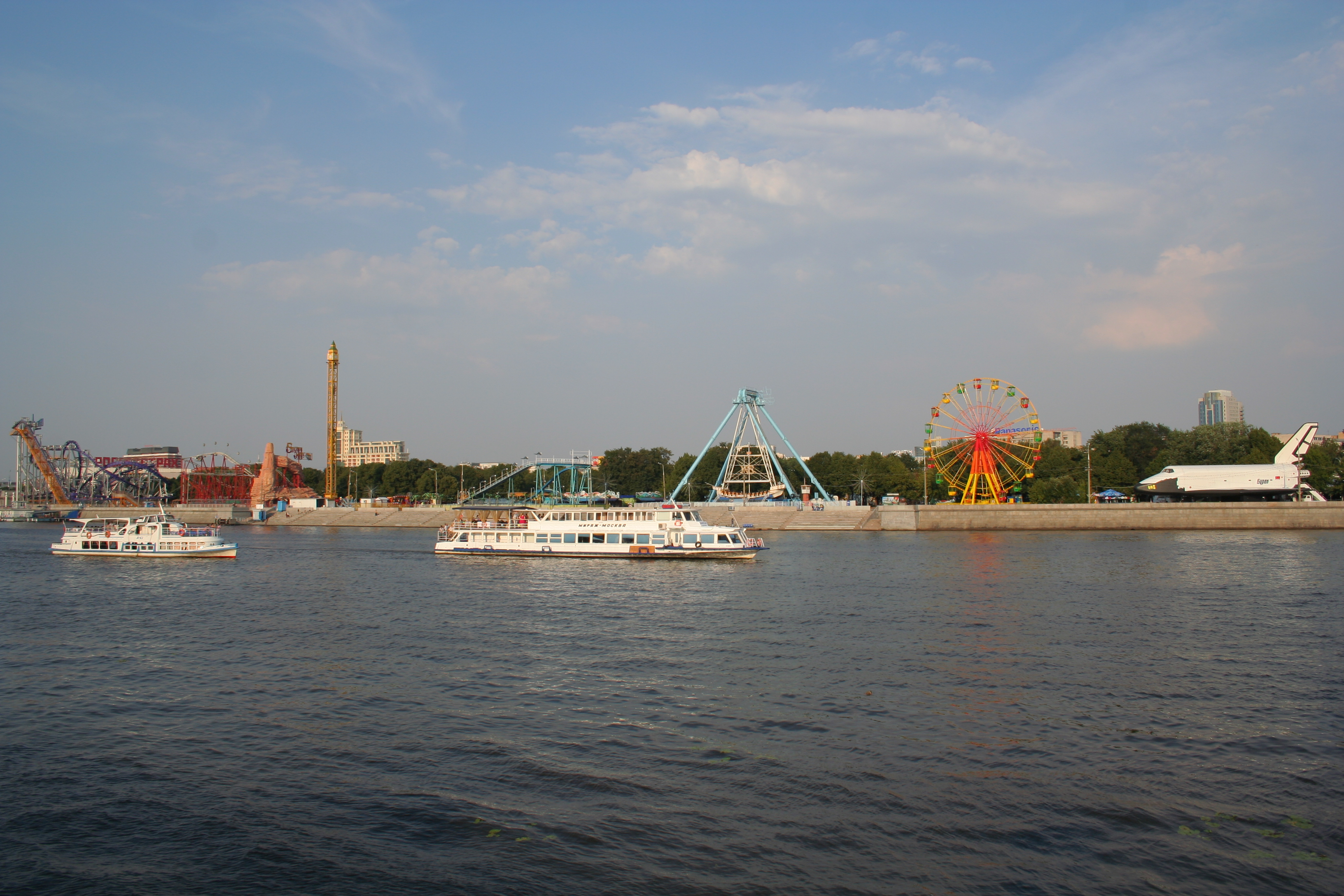 http://upload.wikimedia.org/wikipedia/commons/0/0c/Moscow_Gorky_Park_View_from_Frunzenskaya_Embankment_06.jpg