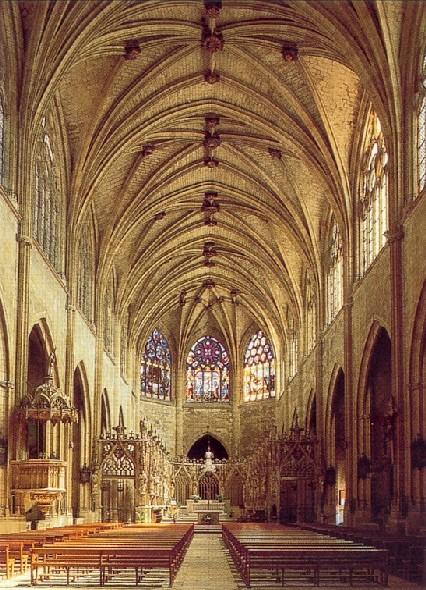 Fichier: Nef de la cathédrale Saint Pierre de Condom.jpg