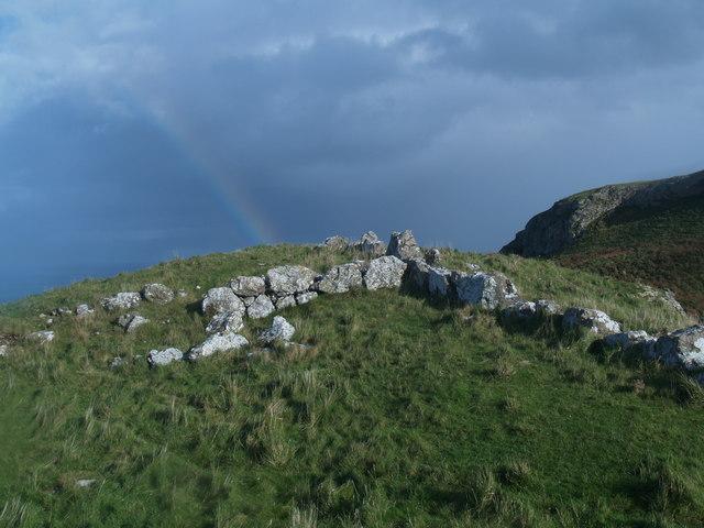 Olion waliau cerrig ger copa Trwyn y Fuwch - Remains of stone walls near Little Orme summit - geograph.org.uk - 1037748