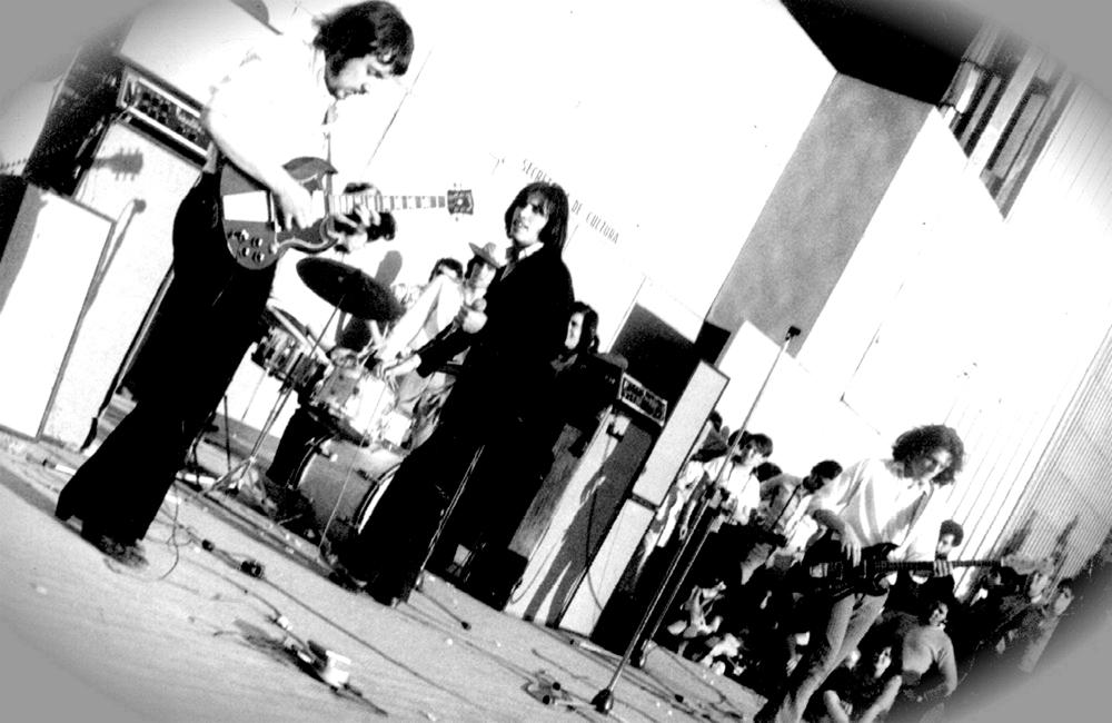 Pappo y Spinetta tocando juntos en el Festival Pinap realizado en Buenos Aires en 1969. Luego de la separación de Almendra, Spinetta estableció una relación de mucha admiración y afecto por Pappo, que influiría fuertemente en sus opciones artísticas y de vida, aunque terminaría de manera muy negativa.