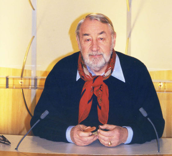 L'acteur Philippe Noiret sur le plateau de la chaîne d'information i-télé, le 10 janvier 2000.   Photo : Wikimedia.