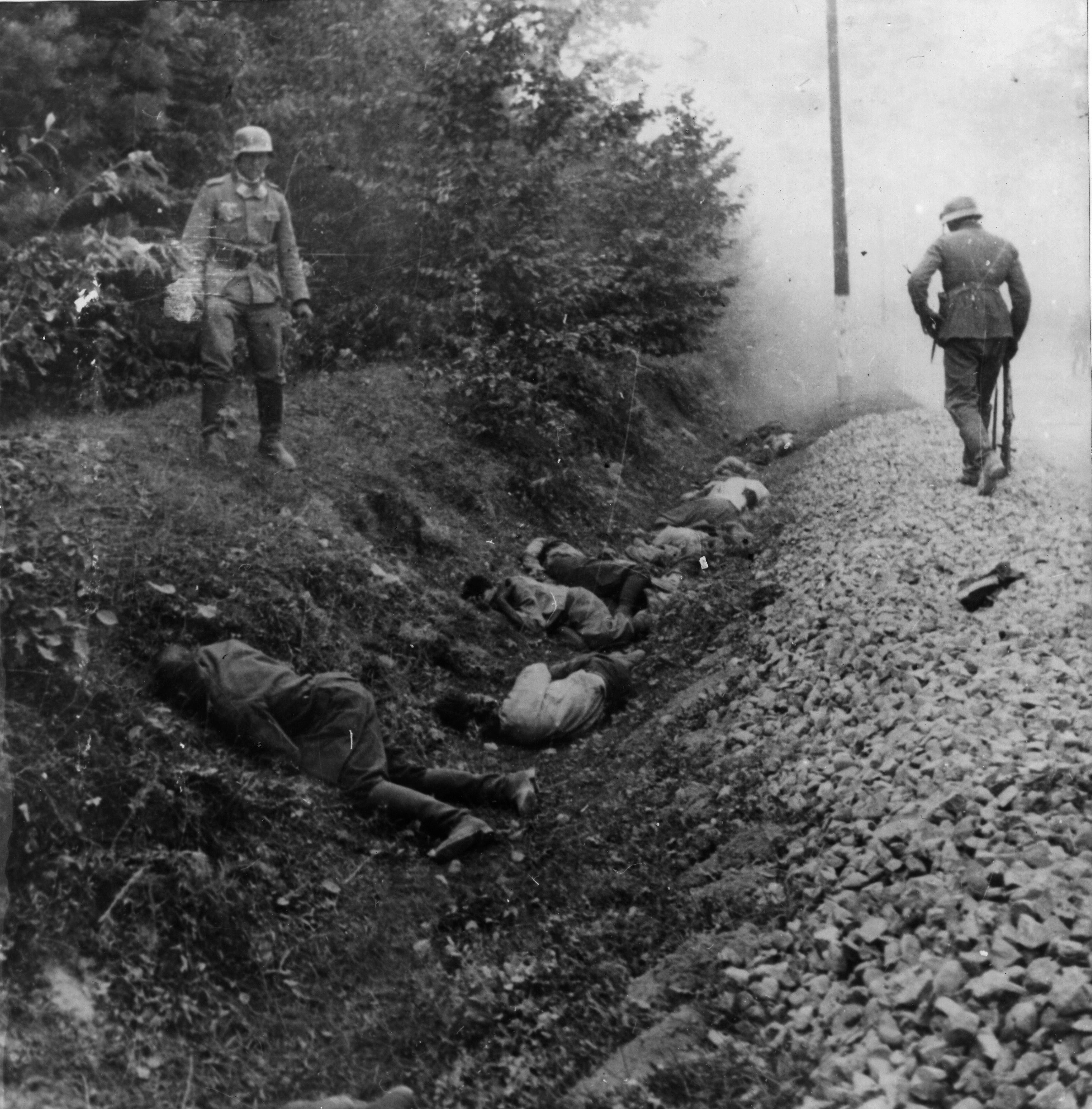 Vom Infanterieregiment 15 (mot.) erschossene polnische Kriegsgefangene in Ciepielów (9. September 1939)