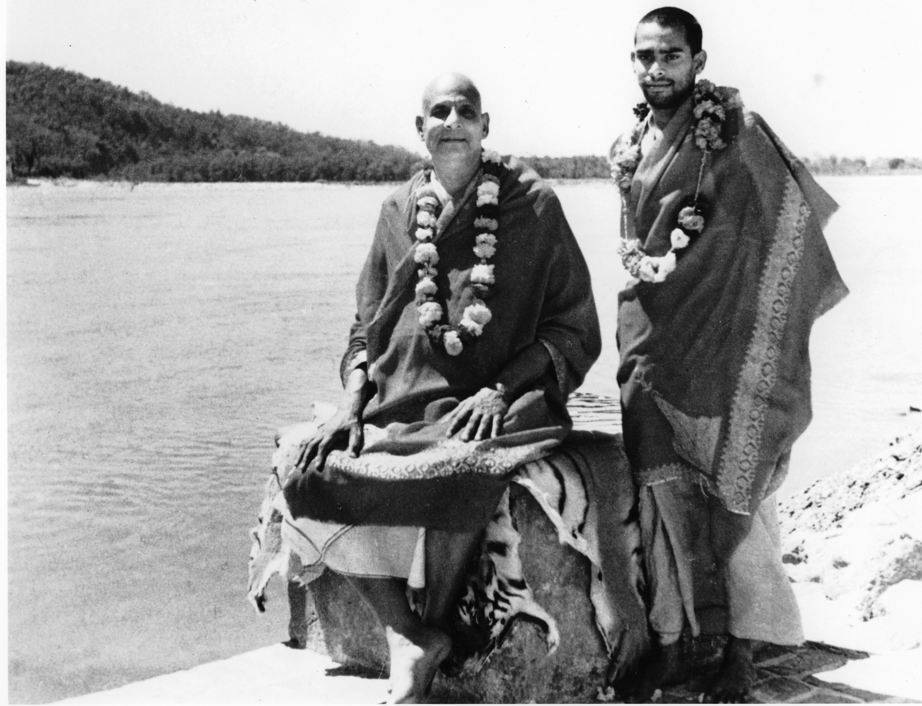 File:Swami Sivananda Swami Vishnudevananda am Ganges.jpg - Wikimedia Commons