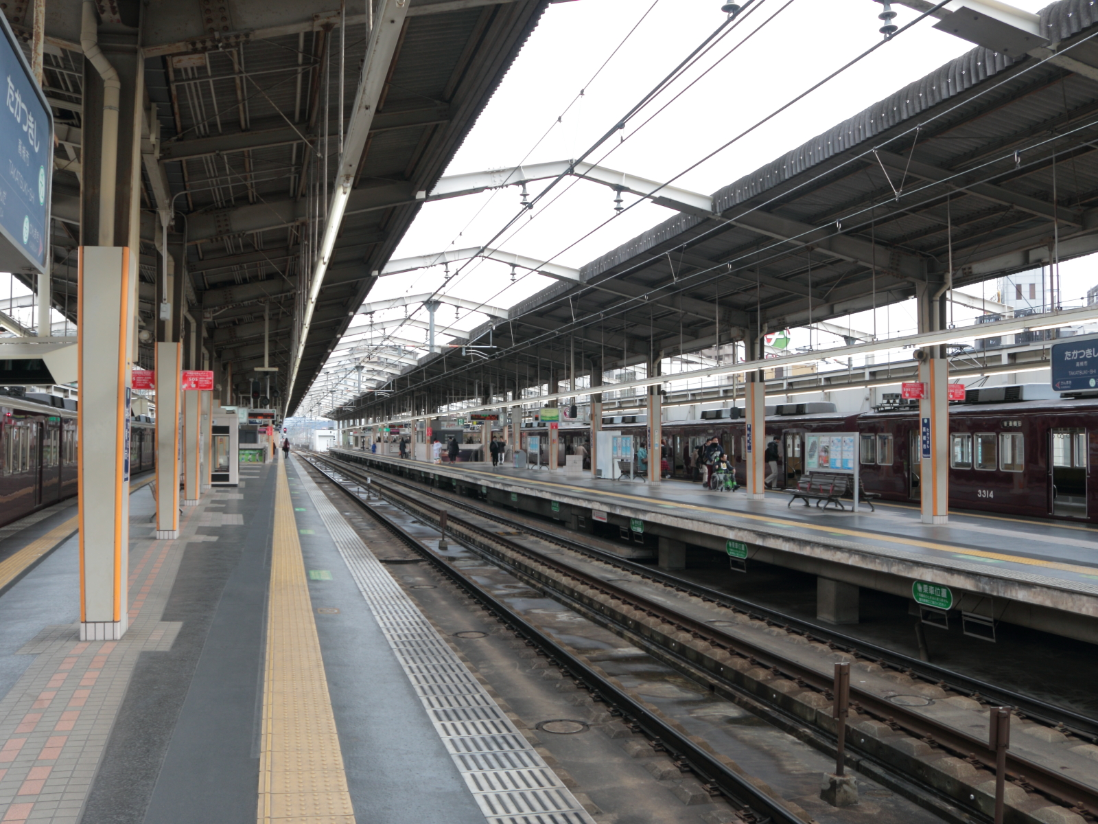 https://upload.wikimedia.org/wikipedia/commons/0/0c/Takatsuki-shi_Station_%2801%29_IMG_3774r_20160130.JPG