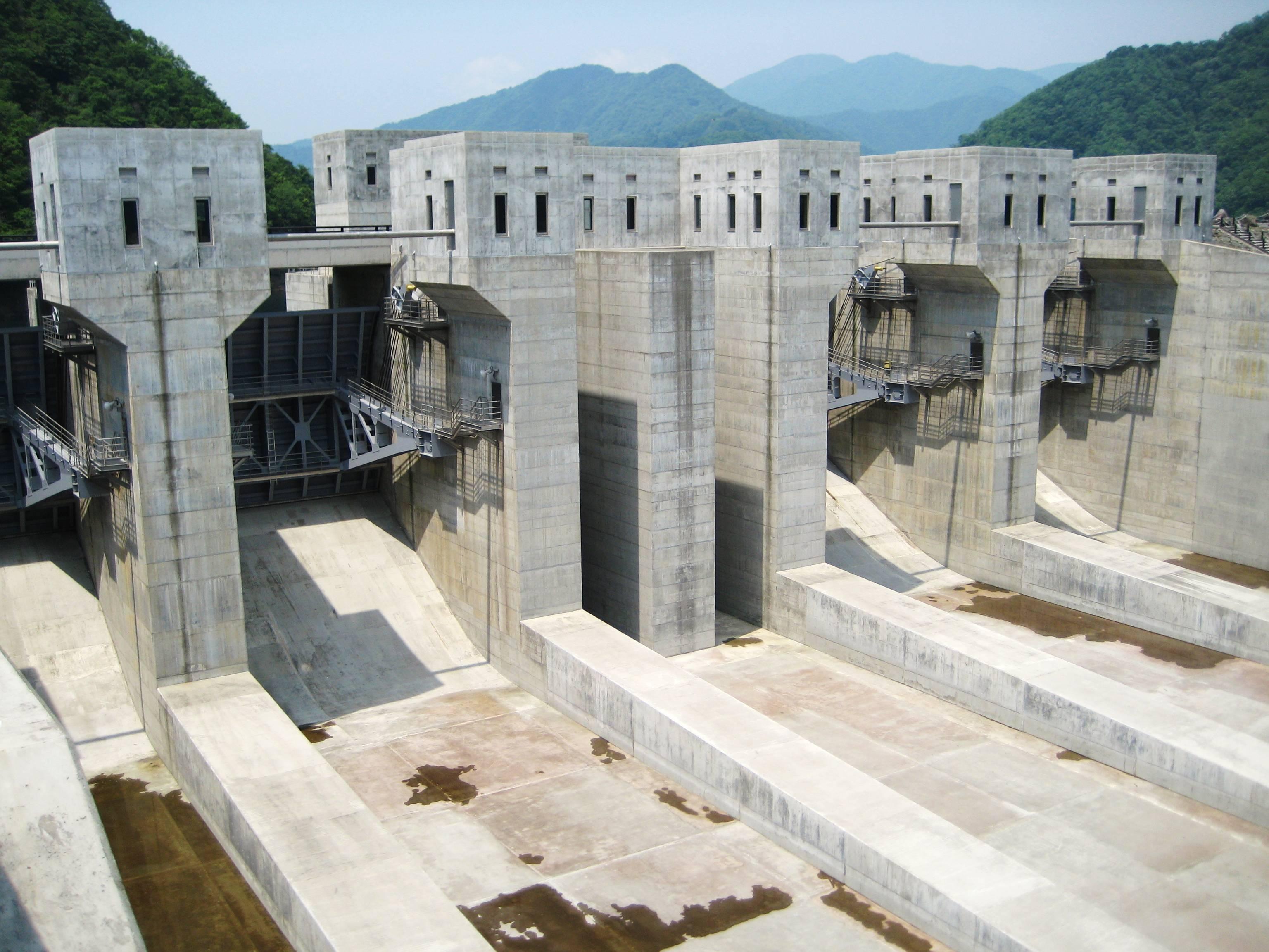 file tokuyama dam spillway gates jpg wikimedia commons