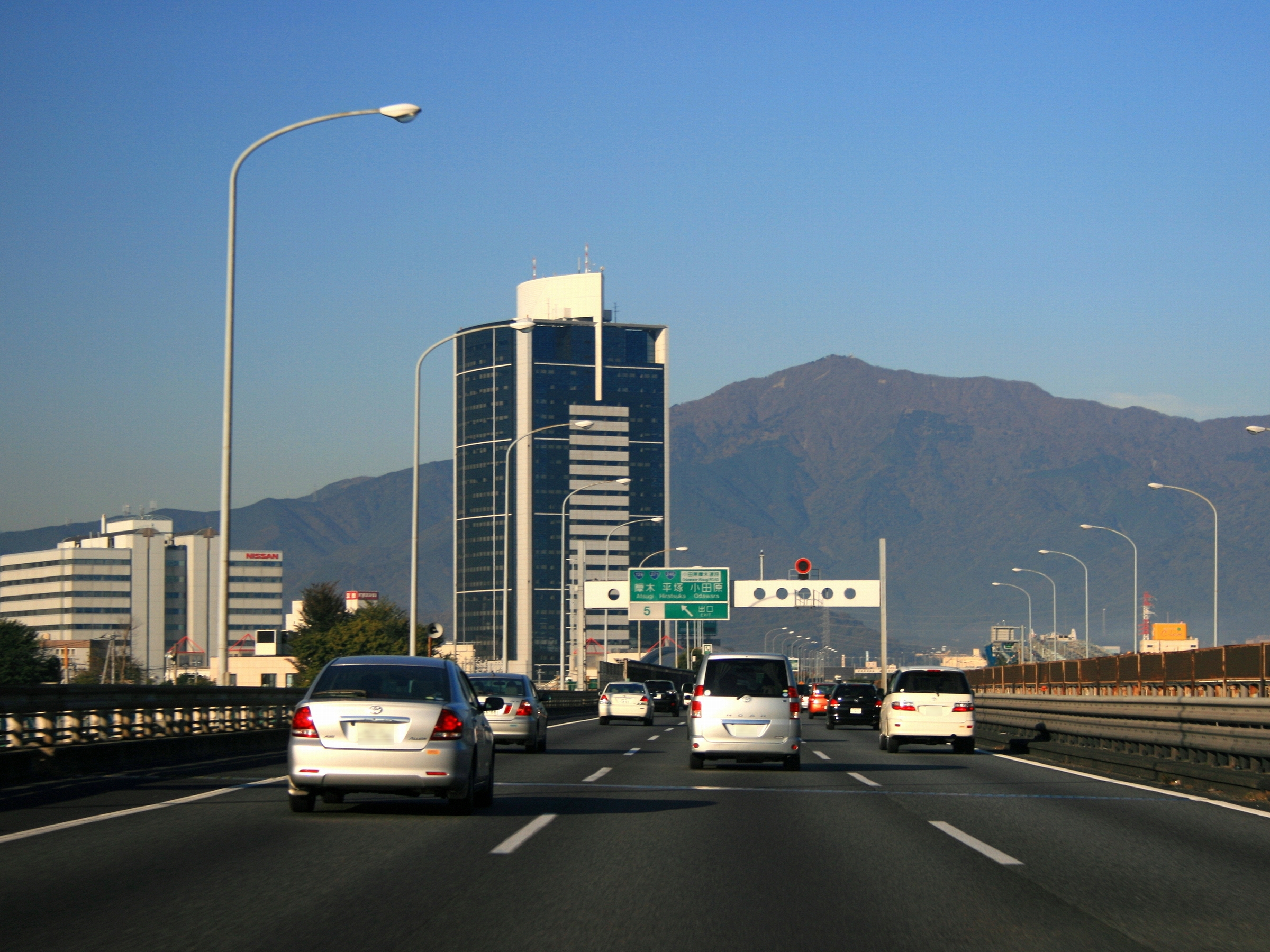 https://upload.wikimedia.org/wikipedia/commons/0/0c/Tomei-Expwy_Atsugi.jpg