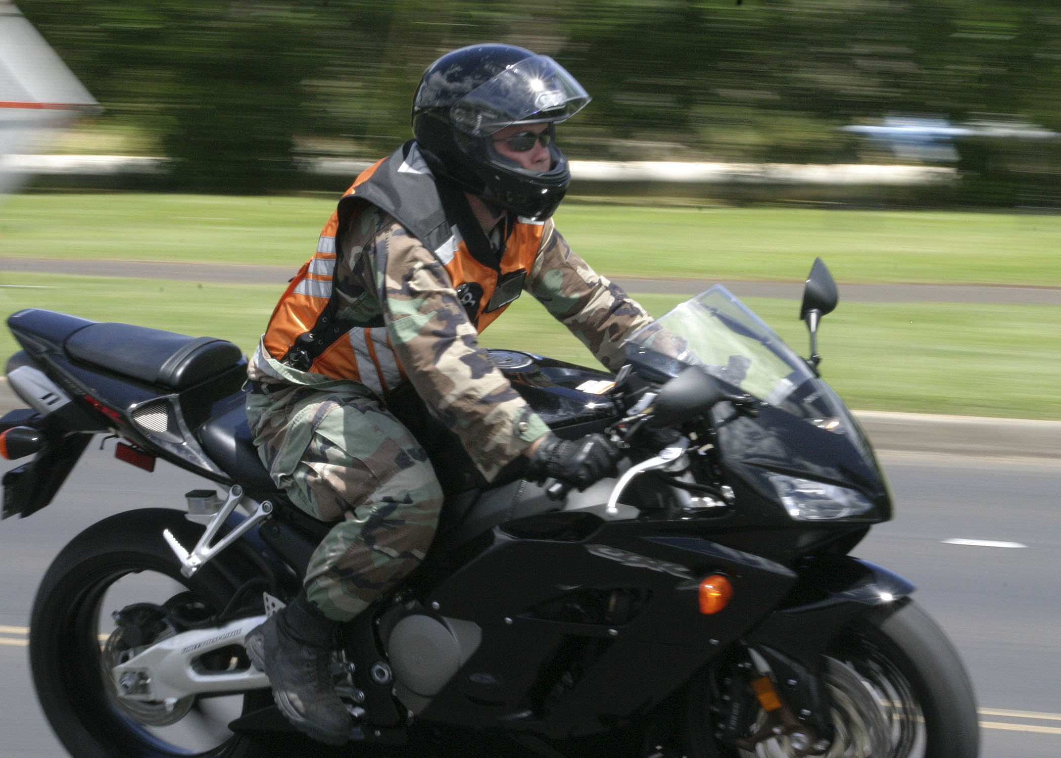 Motorcycle gloves pink - File Us Navy 050804 N 0879r 001 A Sailor Rides His Motorcycle On Board
