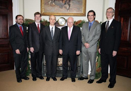 Крейг Мелло (второй справа)