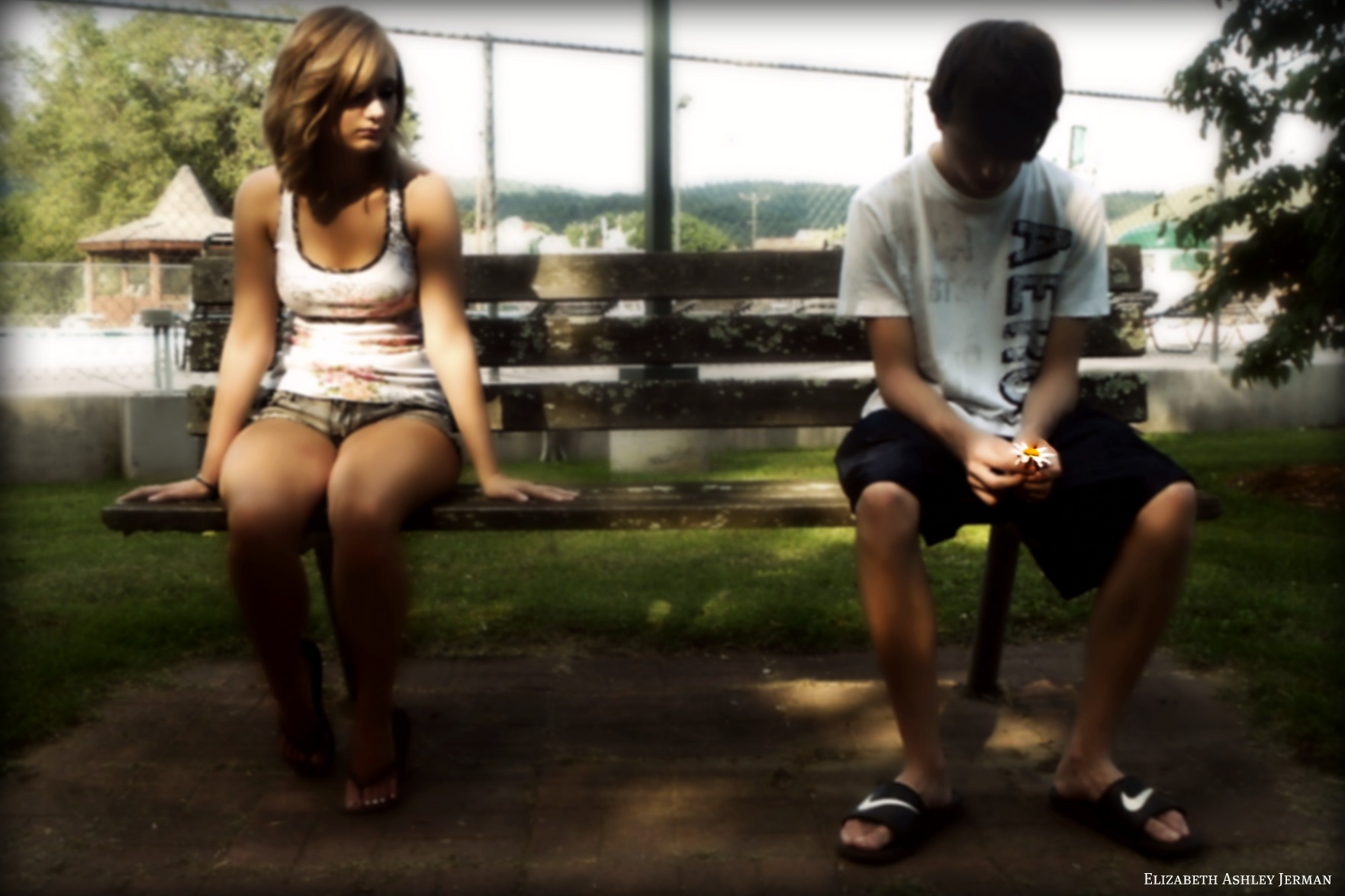 Young couple sitting apart on park bench - ¿Por qué somos infieles?