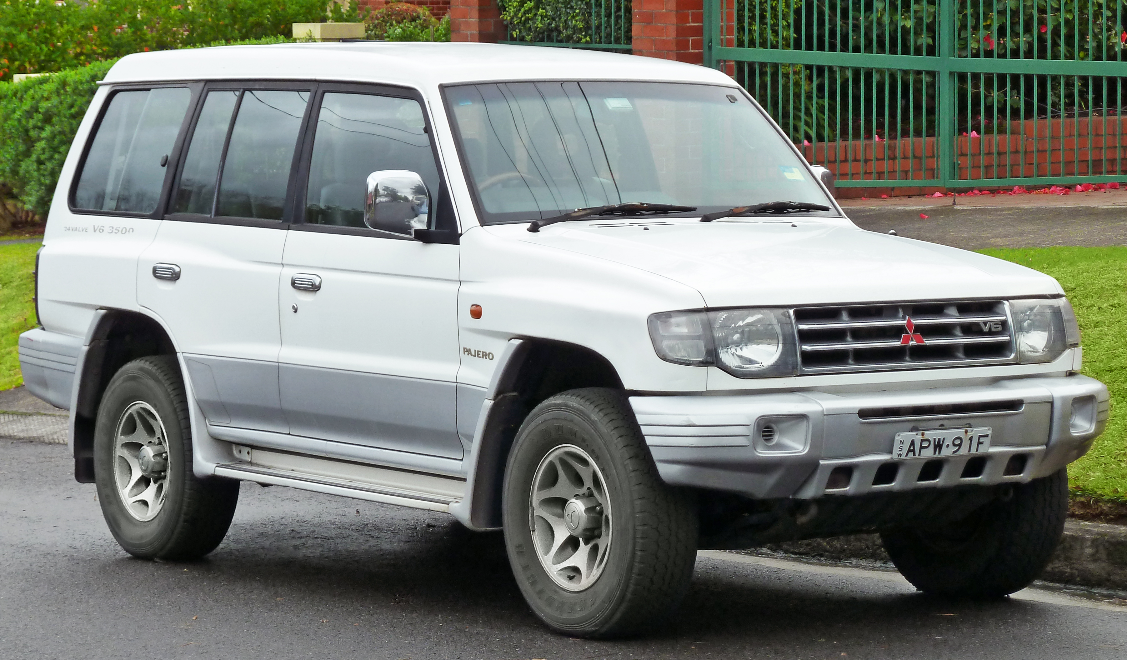 File:1997 Mitsubishi Pajero (NL) GLS (with Luxury Pack) wagon (2011