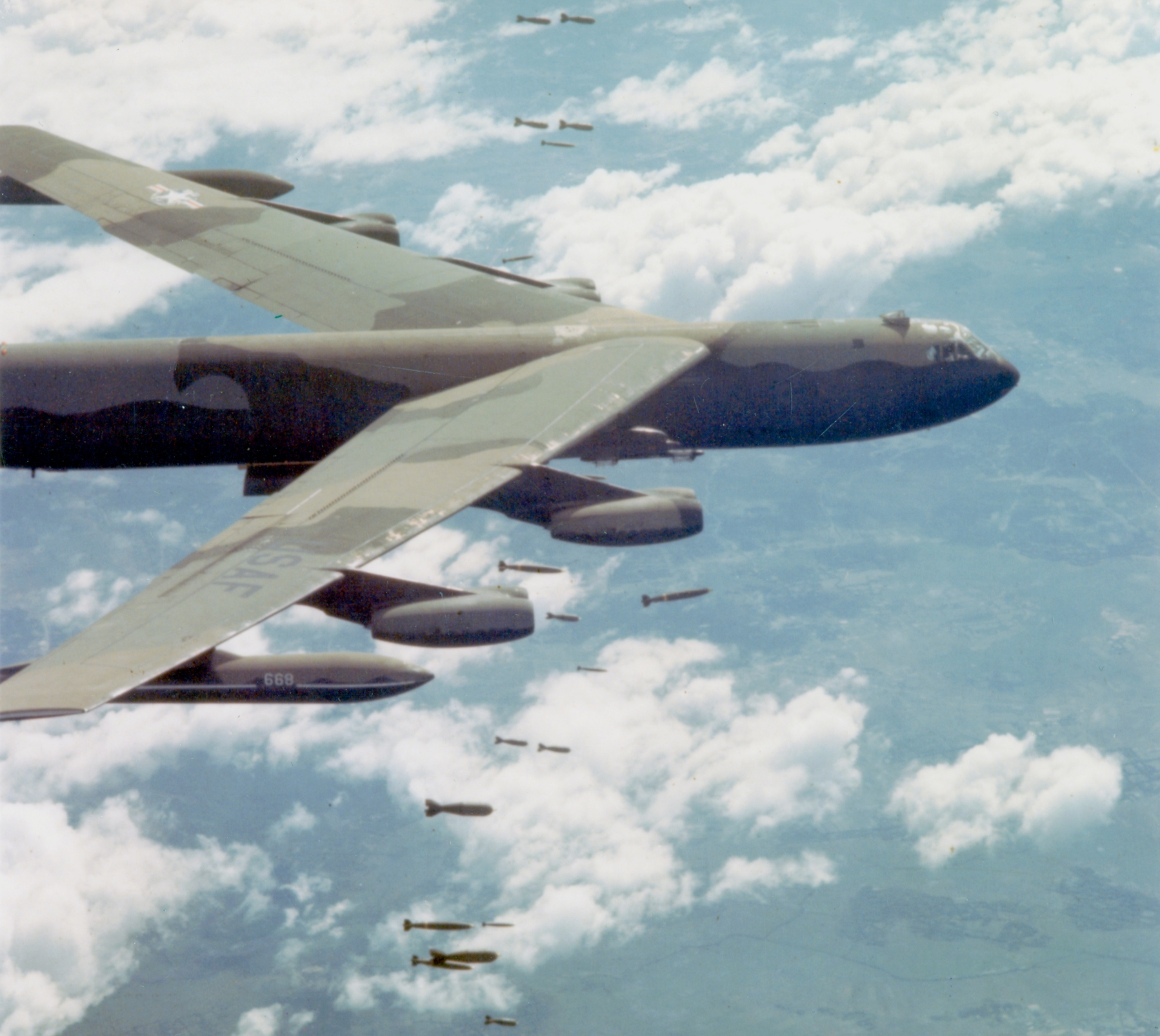 https://upload.wikimedia.org/wikipedia/commons/0/0d/B-52D_dropping_bombs_over_Vietnam.jpg