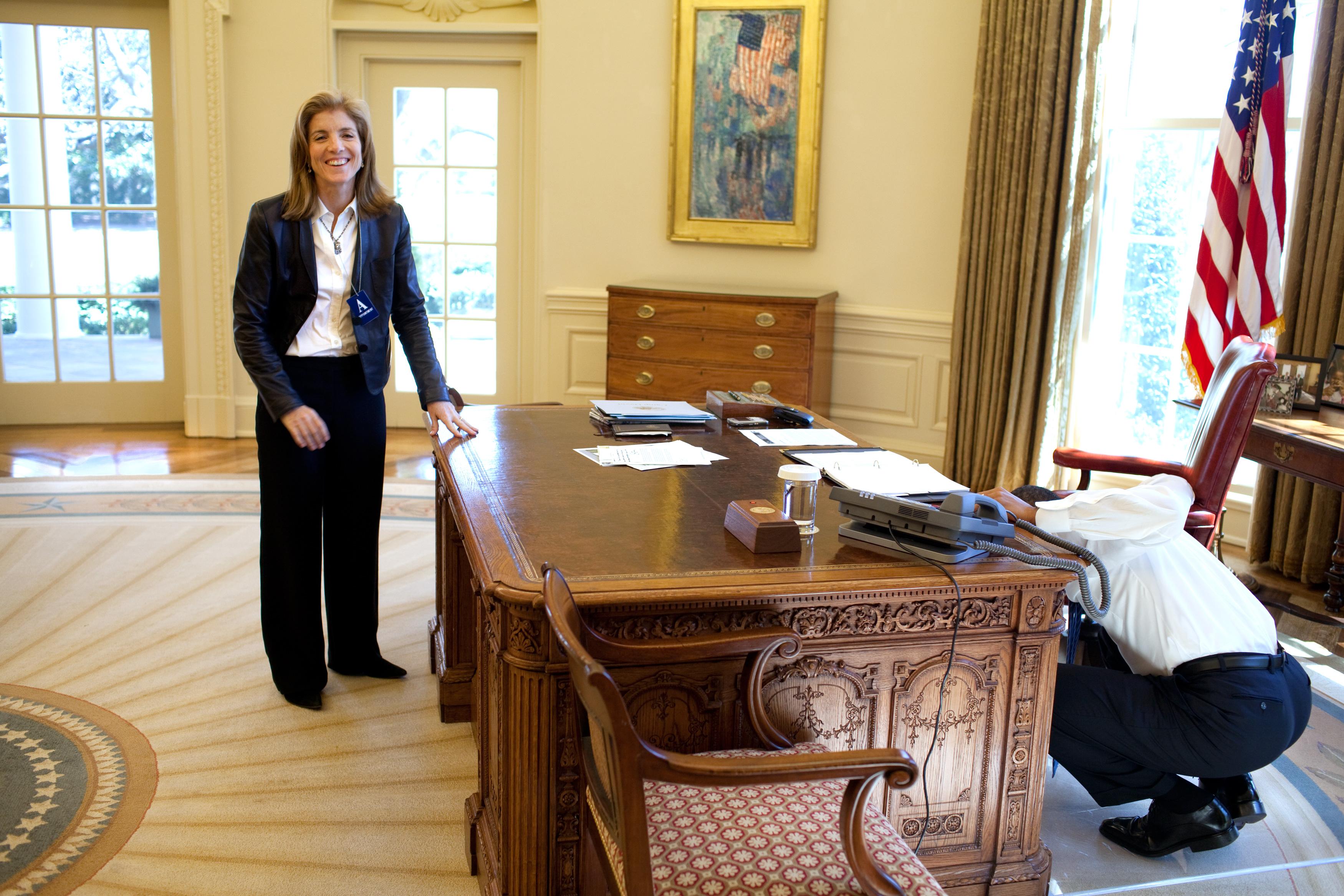 File Barack Obama Looking Under Resolute Desk Jpg