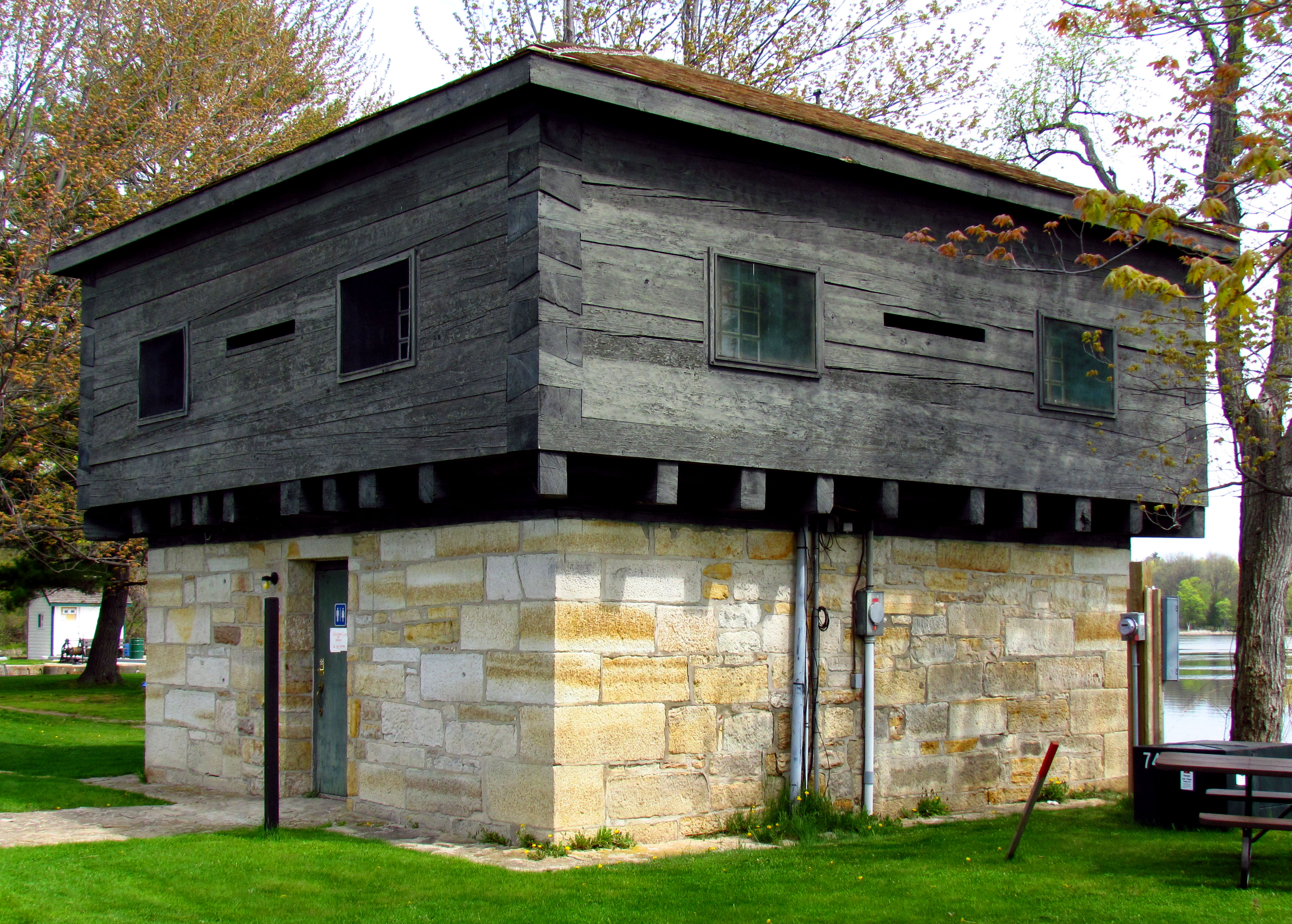 File blockhouse at rideau wikimedia commons for Apex block homes