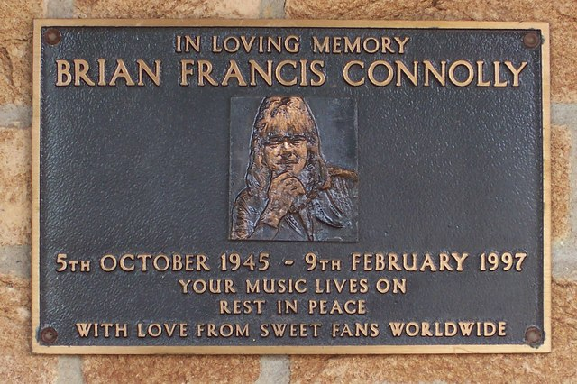 """Gedenktafel in Middlesex, England mit der Inschrift: """"In Loving Memory Brian Francis Conolly. Your Music Lives On,Rest In Peace, With Love From Sweet Fans Worldwide"""