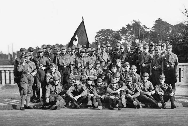 """Sturmführer Horst Wessel (1. stehende Reihe, 8. v. r.), der """"Märtyrer der Bewegung"""", mit seinem SA-Sturm (Berlin-Friedrichshain, 1929)"""