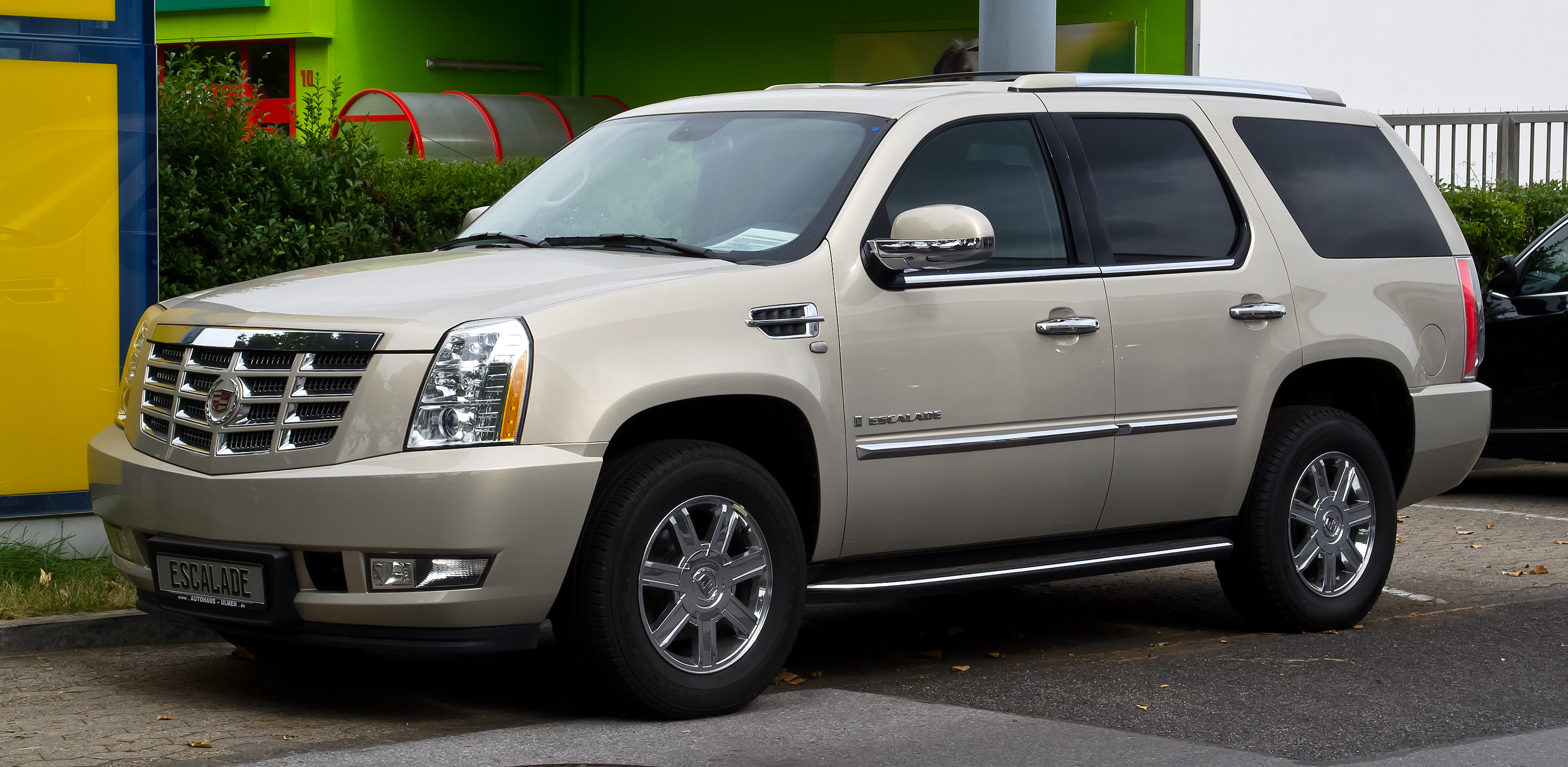 file cadillac escalade 6 2 v8 sport luxury iii frontansicht 30 august 2012 d. Black Bedroom Furniture Sets. Home Design Ideas