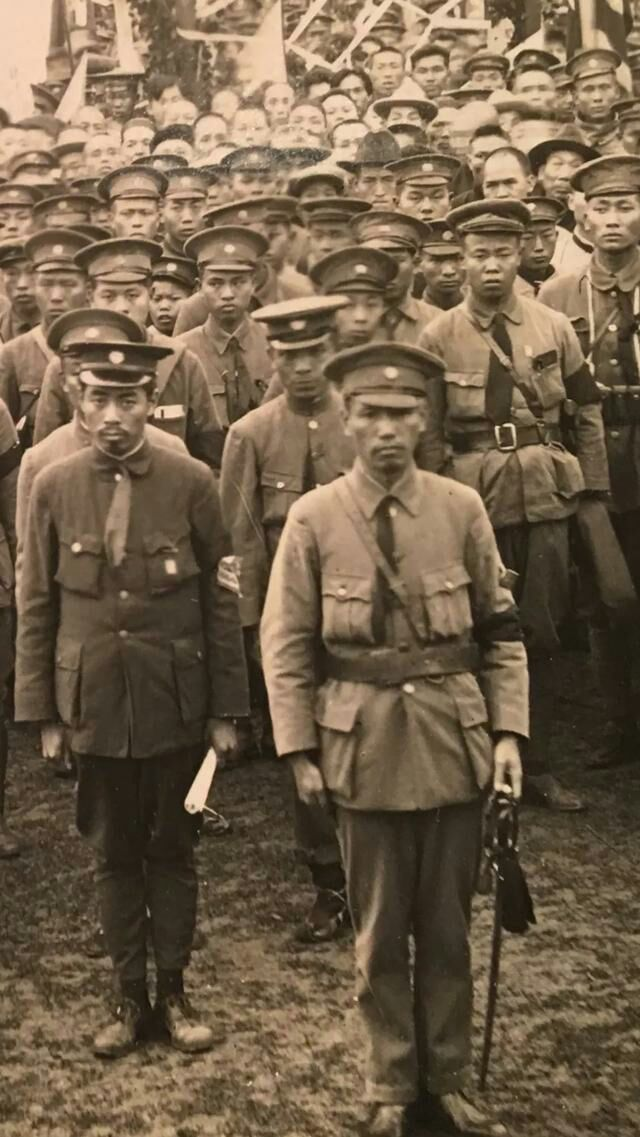 Chiang_Kai-shek_and_Zhou_Enlai_with_cadets_at_Whampoa_Military_Academy.jpg