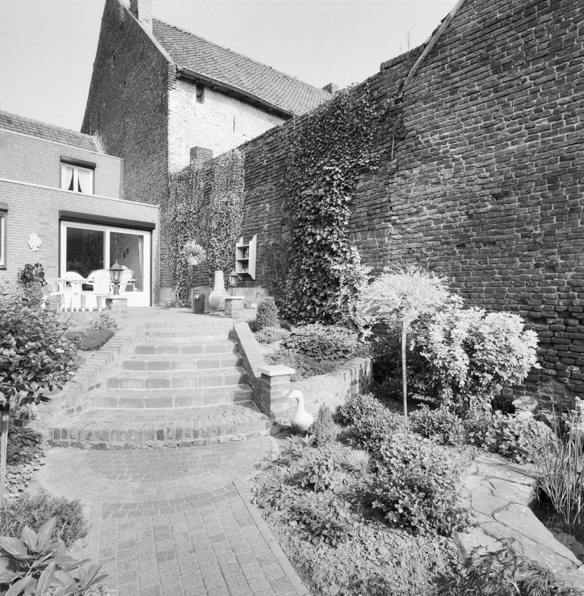 Hoog huis met zadeldak tussen topgevels met vlechtingen in neeritter monument - Tussen huis ...