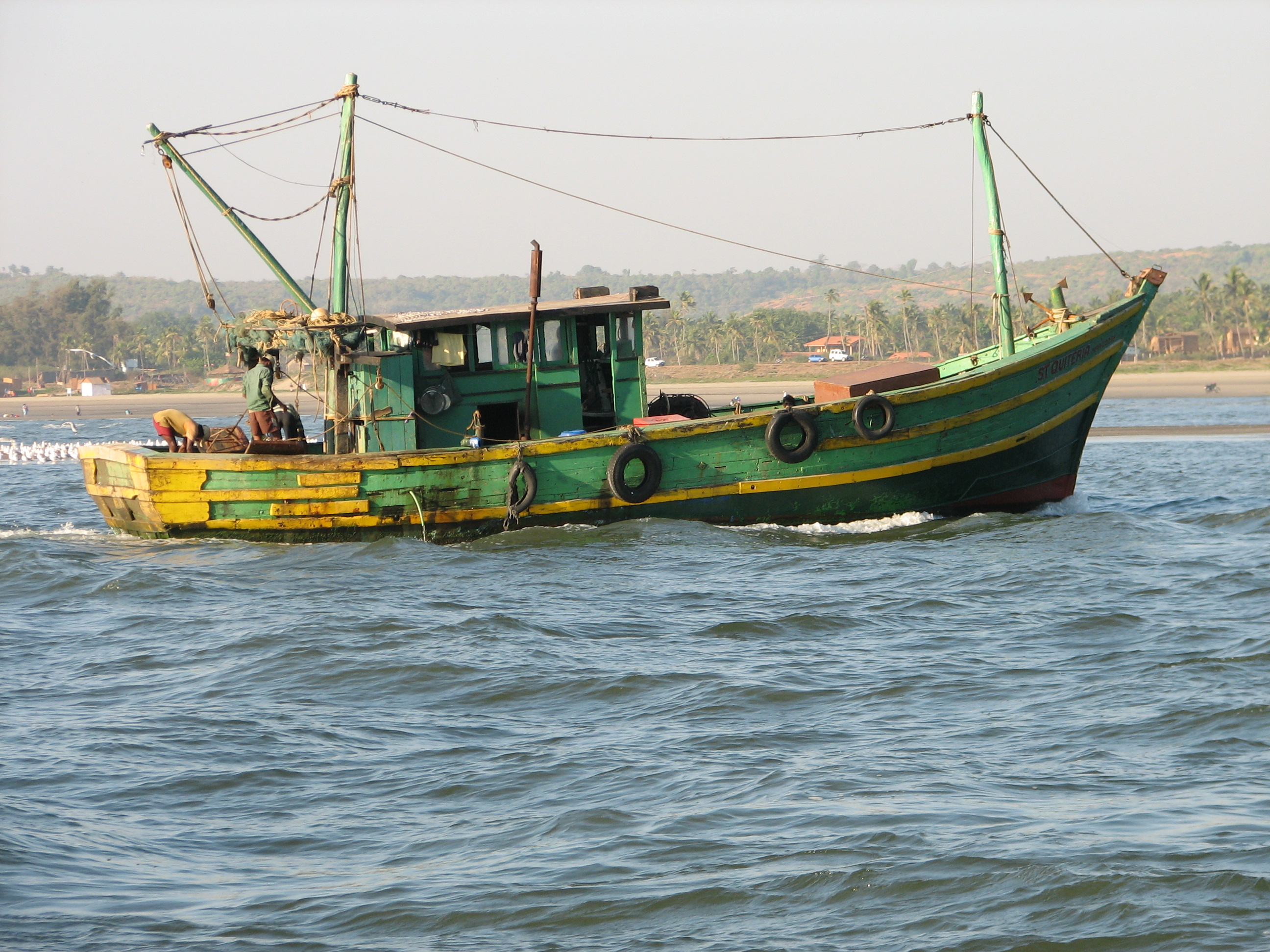 File fishing boat goa wikimedia commons for Best small fishing boat