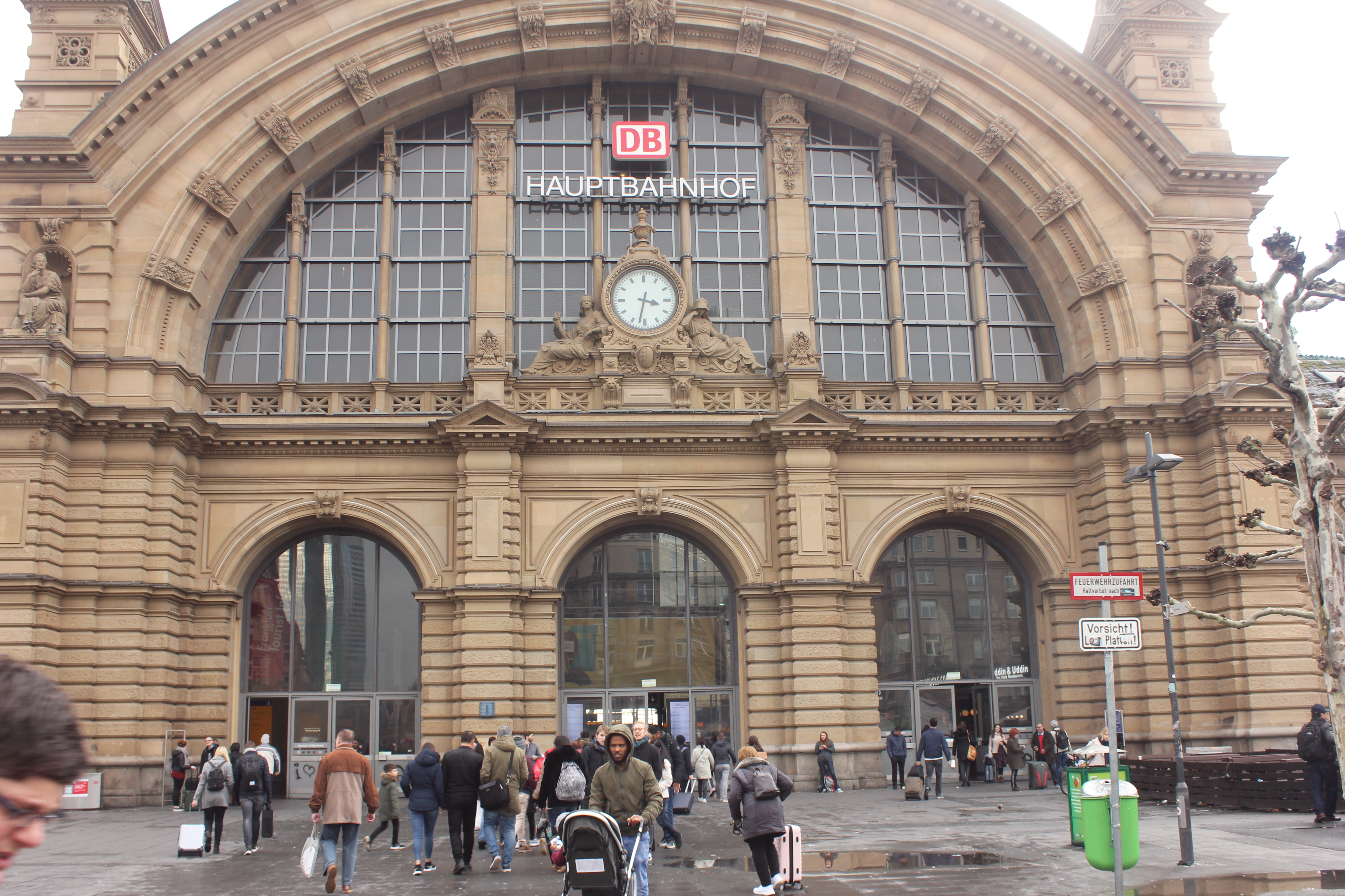 File:Frankfurt Main Train Station in 2019.15.jpg - Wikimedia Commons