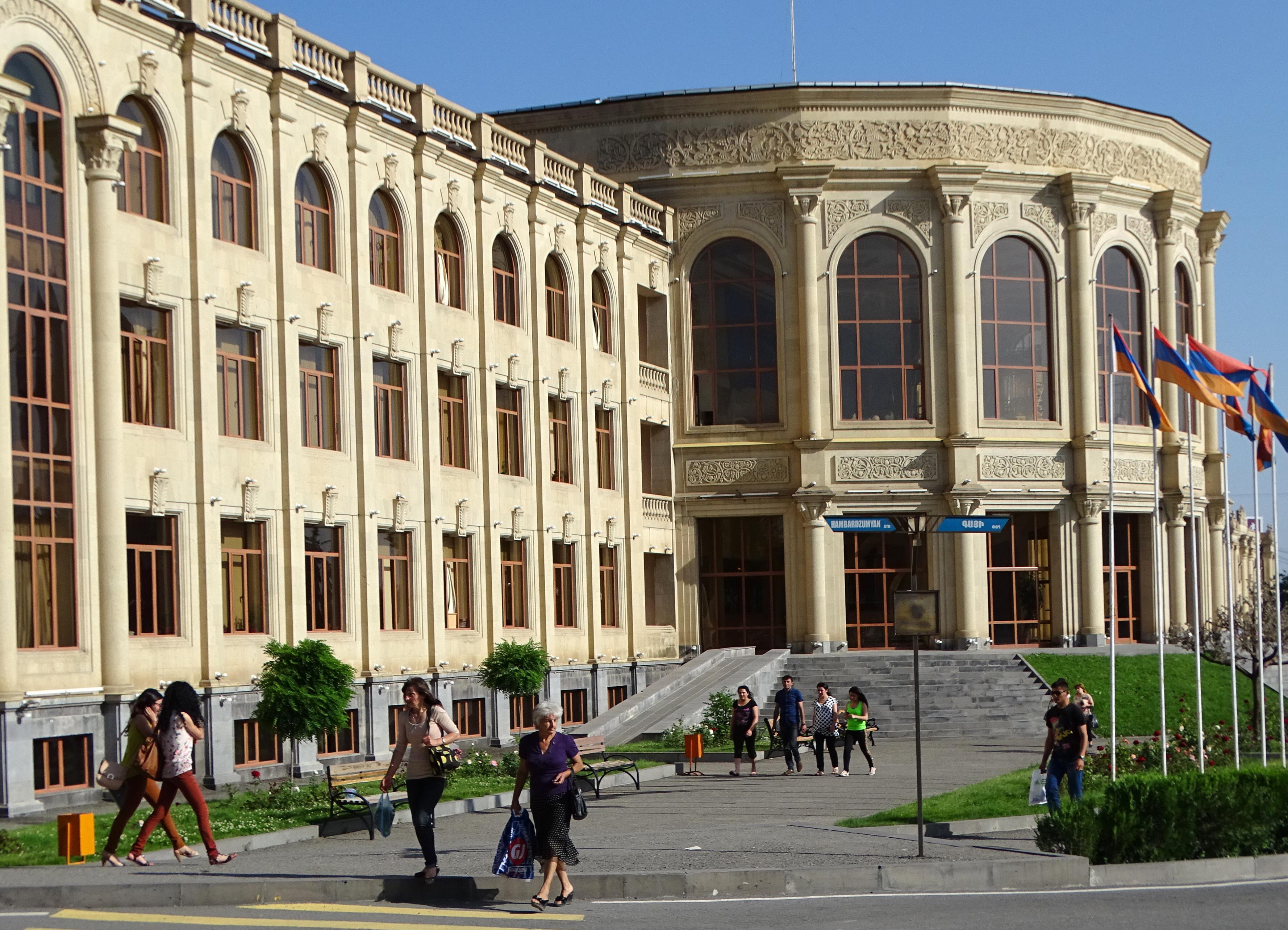 File:Gyumri city hall, Armenia (June 2015).jpg - Wikimedia ...